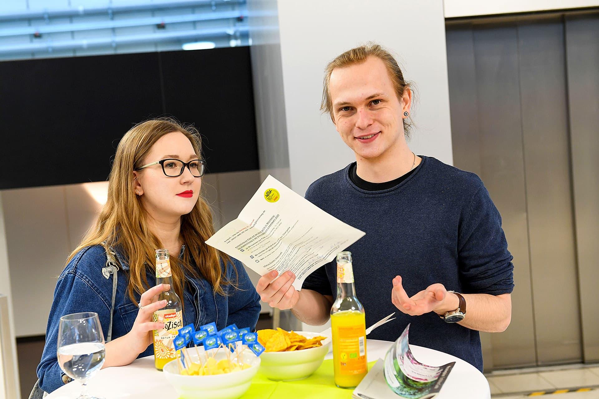 Zwei Teilnehmer geniessen Bio-Limonade und Snacks nach der Gala.