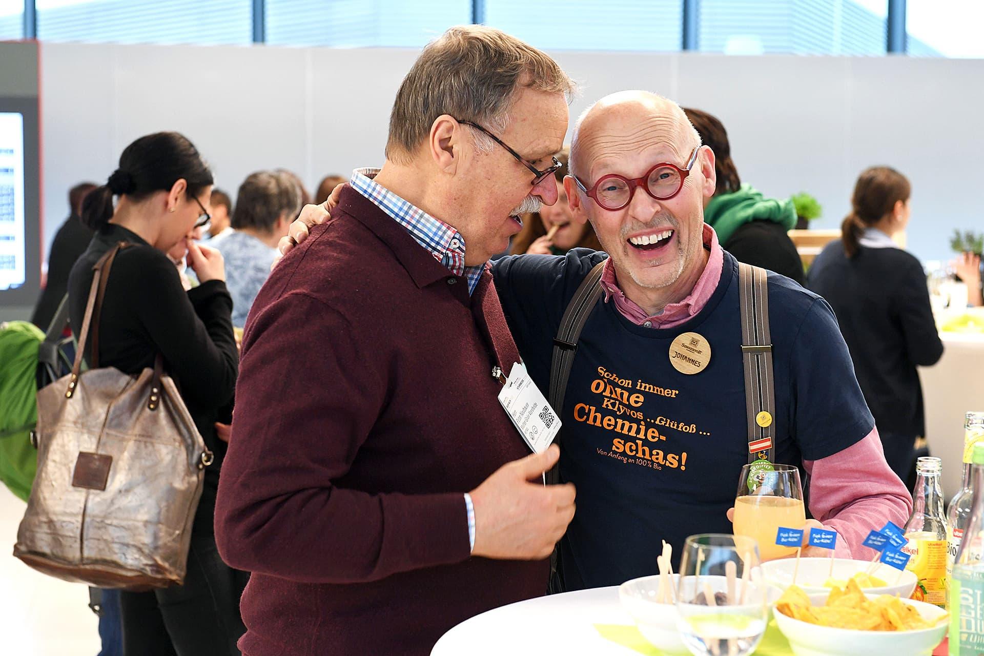 Sonnentor-Firmengründer Johannes Gutmann lacht während eines Gesprächs in die Kamera.
