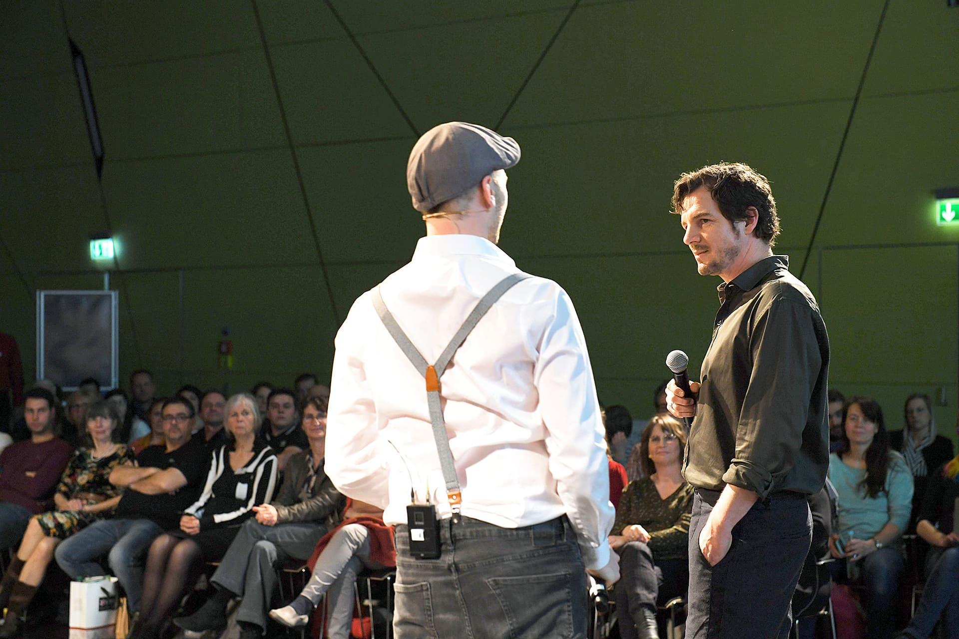Moderator Markus Giegerich und Felix Klare auf der Gala-Bühne