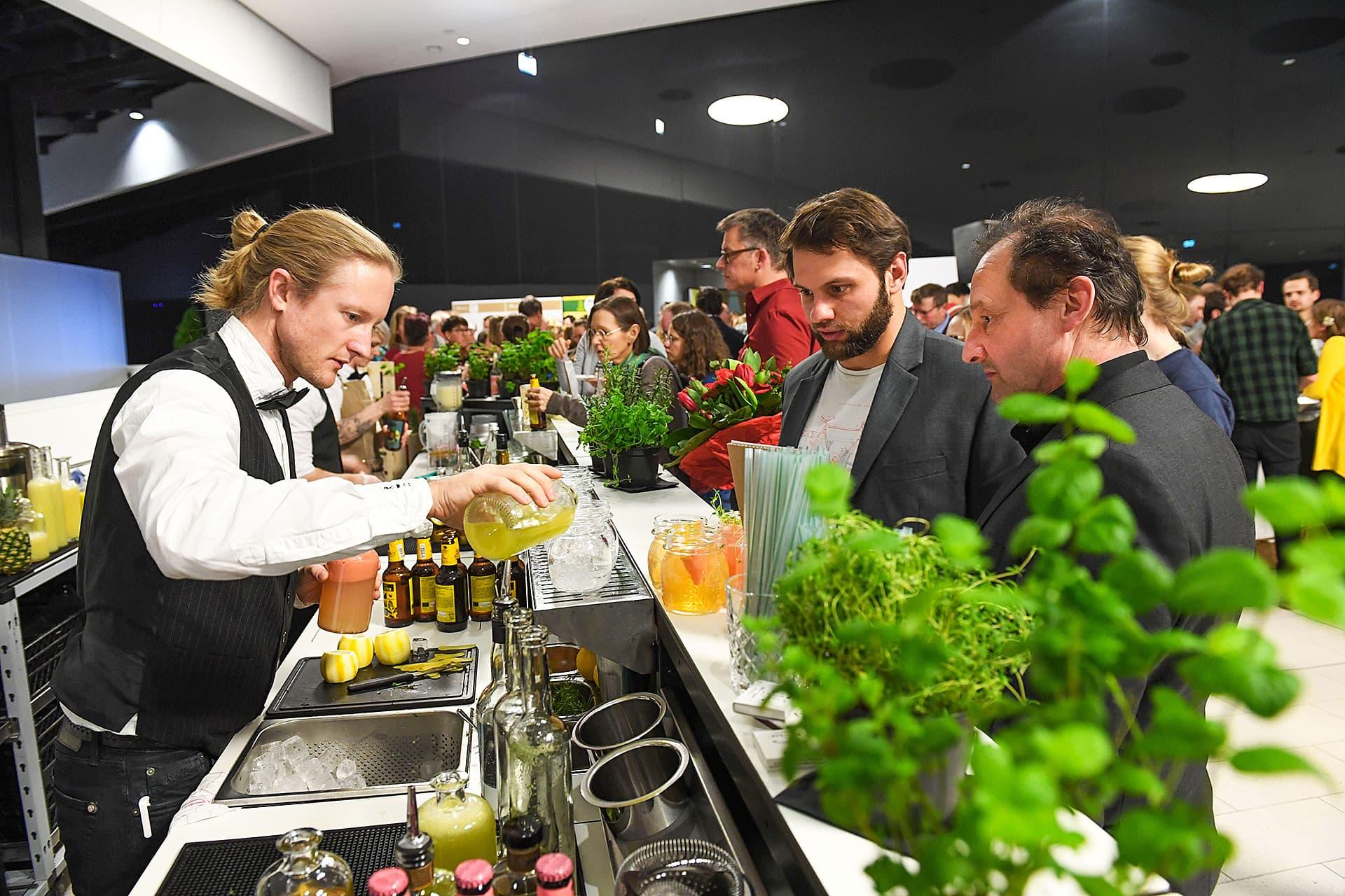 Zwei Teilnehmer in freudiger Erwartung von leckeren Cocktails.
