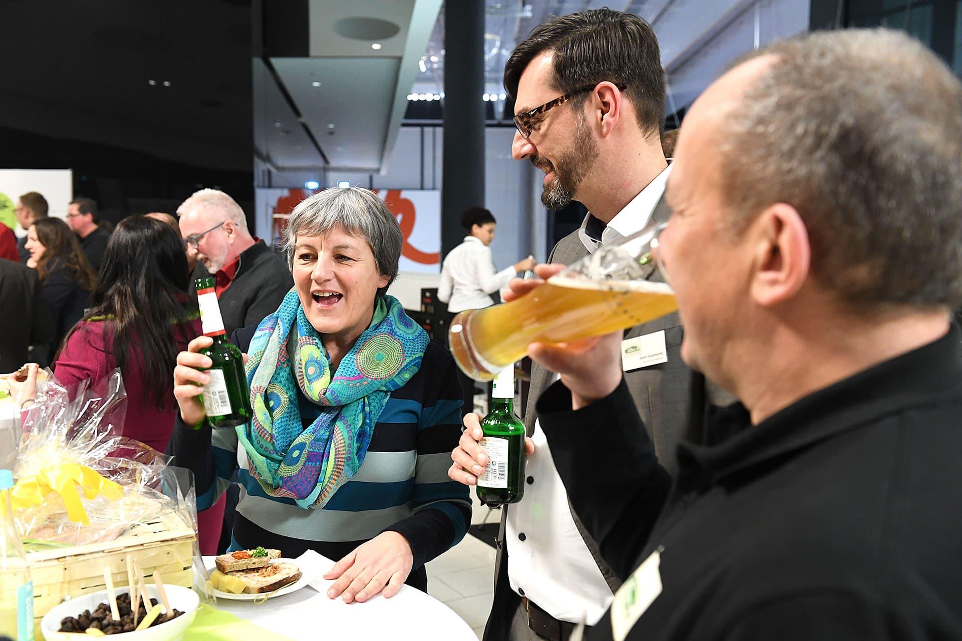 Angeregtes Tischgespräch mit Eva Kiene von Rapunzel bei einem Bier nach der Gala.