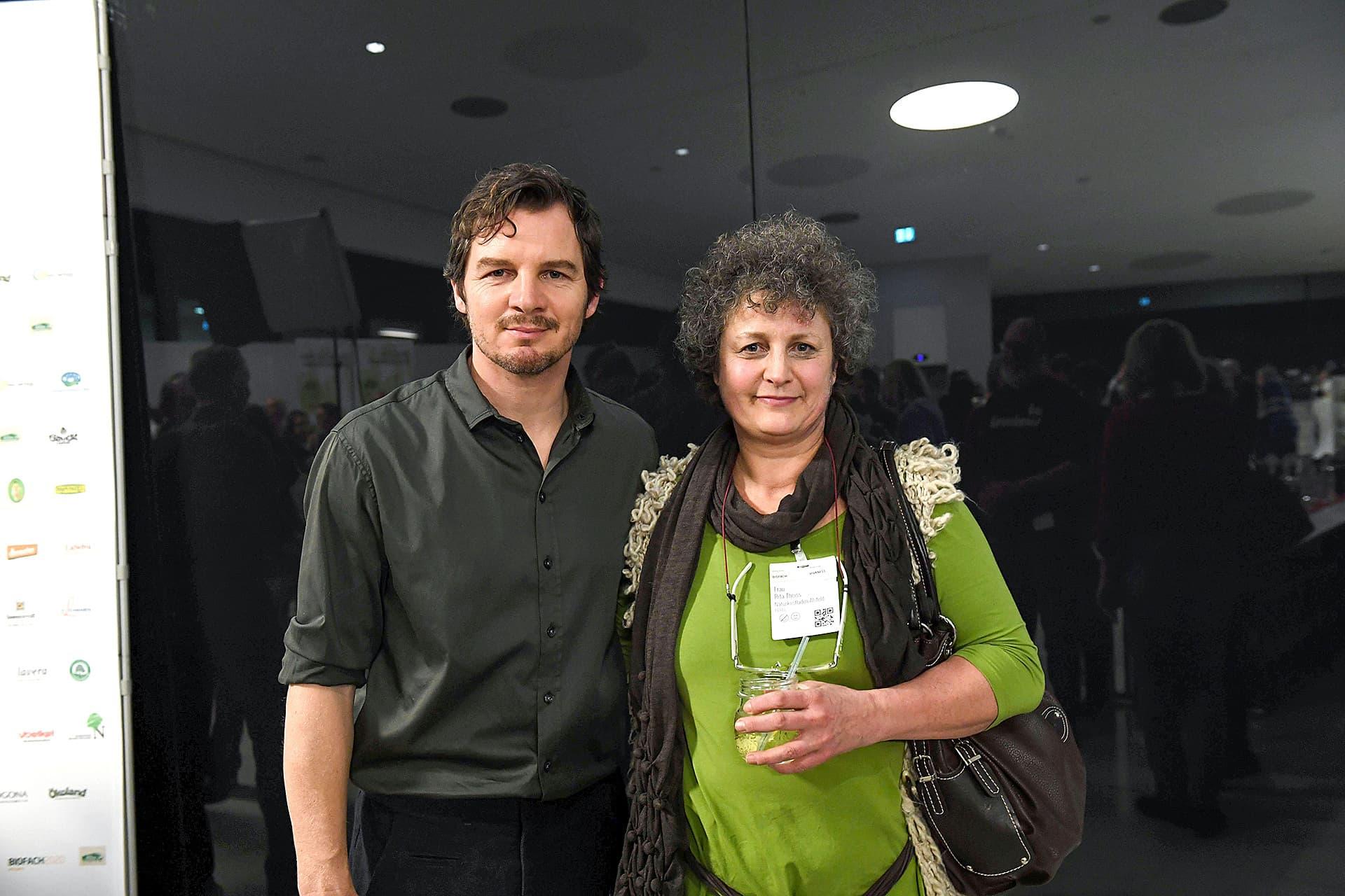 Felix Klare und Rita Theiss posieren für ein Foto.