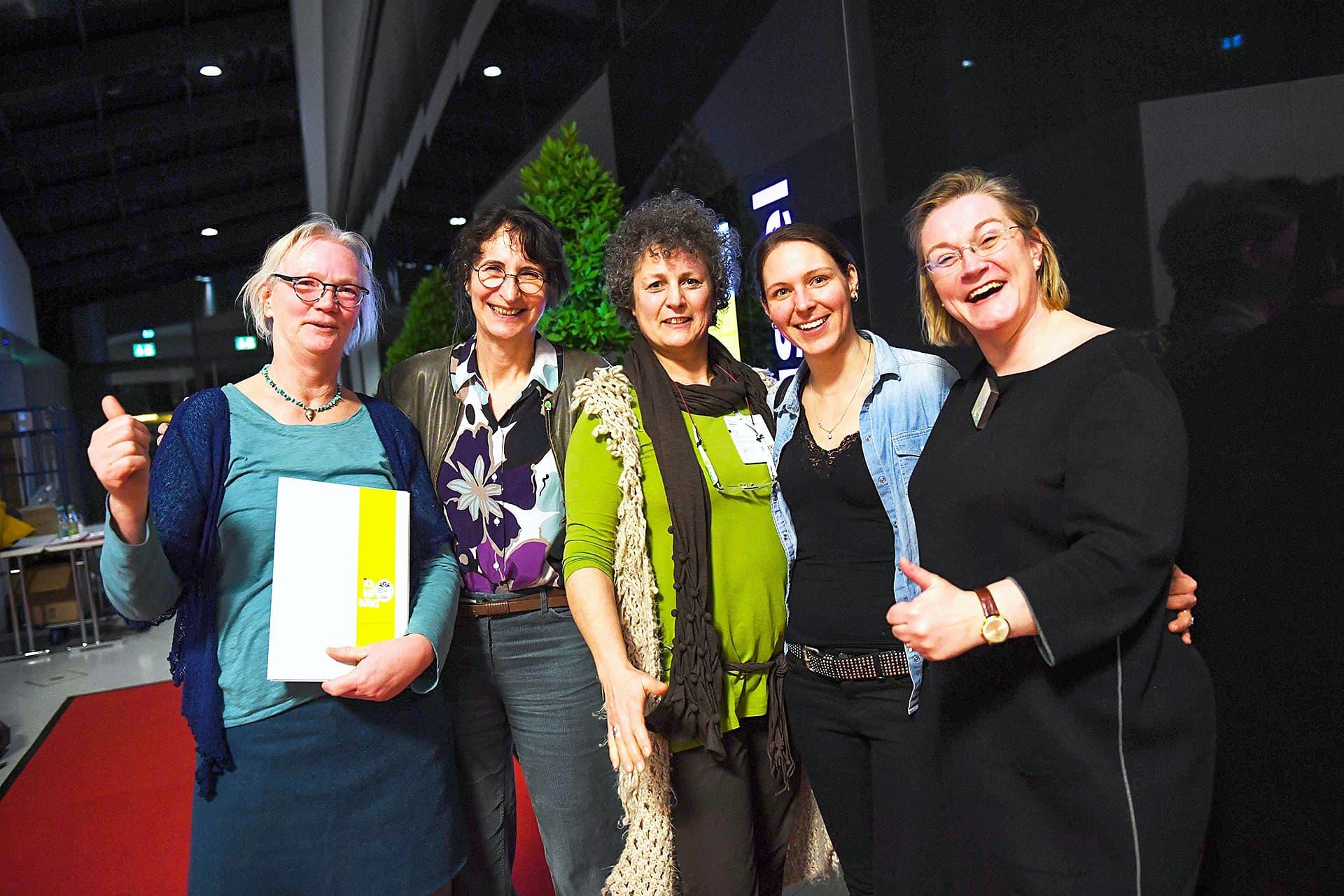 Elke Röder, Geschäftsführerin vom Bundesverband Naturkost Naturwaren posiert mit Siegern der Leserwahl.