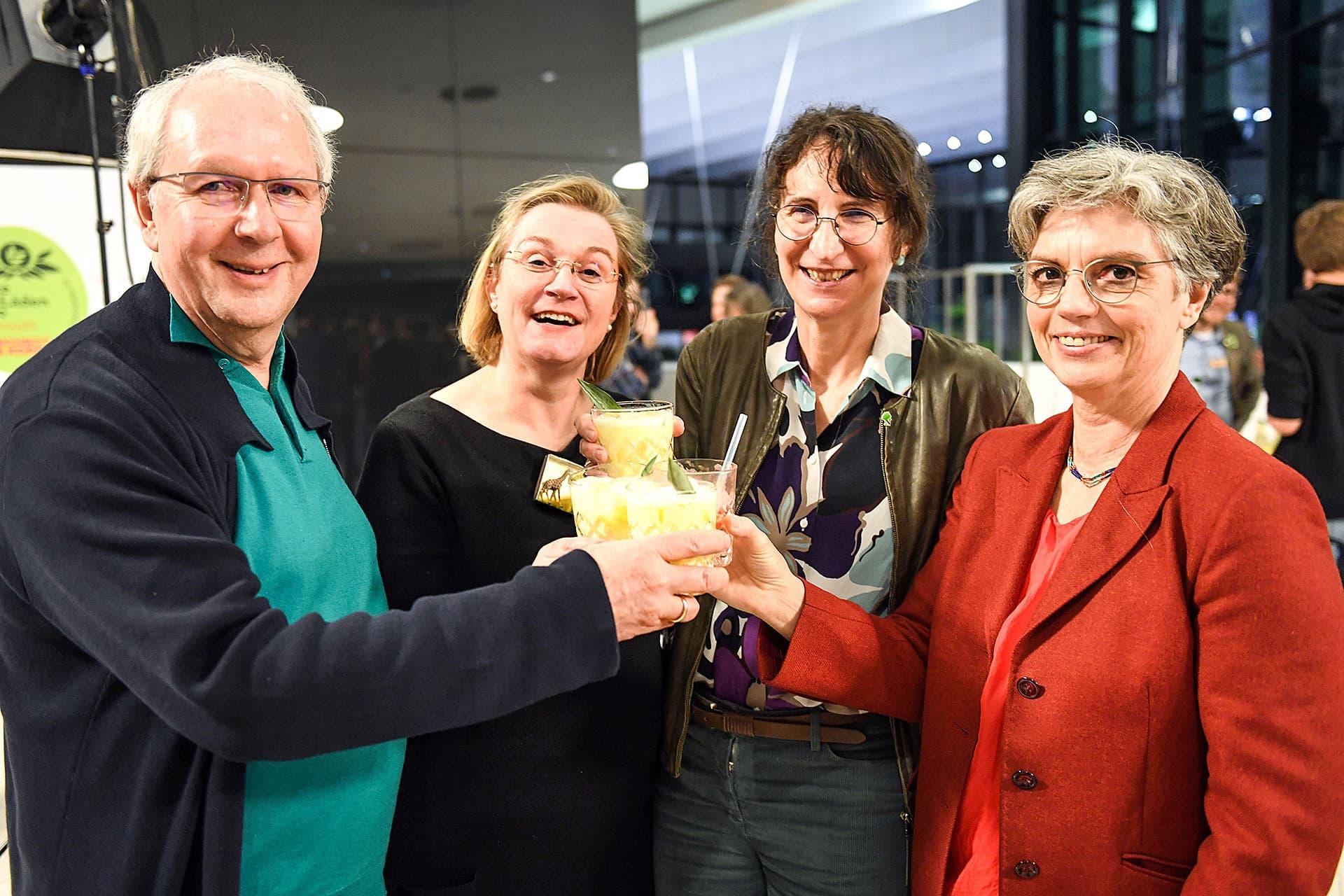 Sabine Kauffmann, Geschäftsführerin vom bio verlag, prostet drei anderen Teilnehmern zu.
