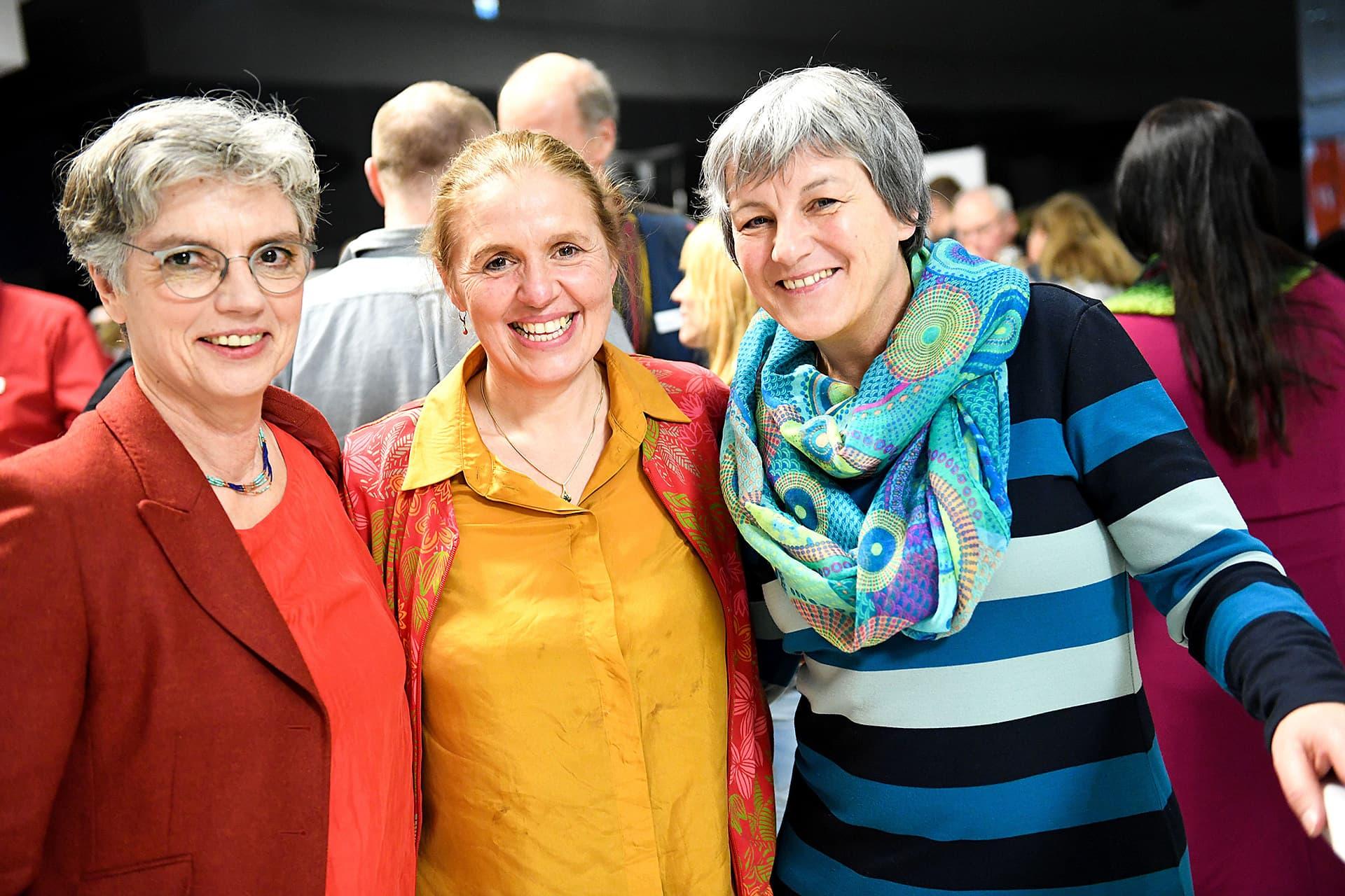 Sabine Kauffmann und zwei Teilnehmerinnen posieren nach der Gala.
