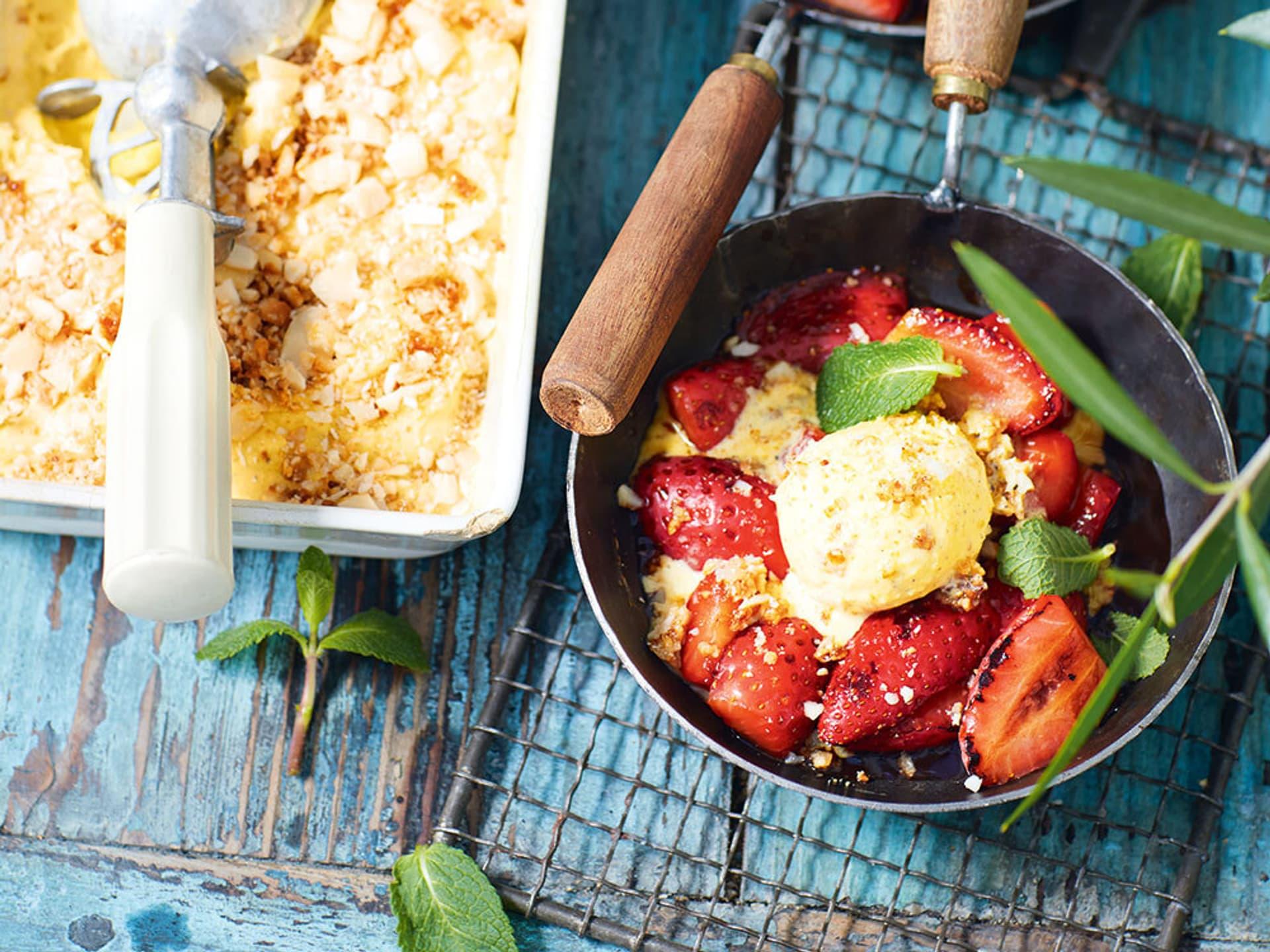 Gebratene Erdbeeren mit Macadamiaeis