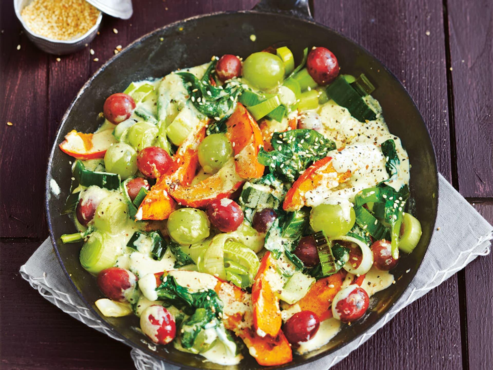 Gebratenes gemuese mit trauben und spinat