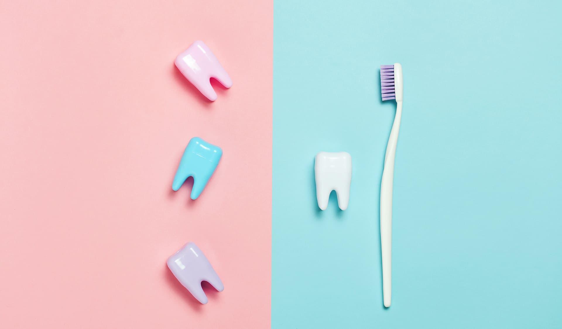 Bunte Zähne neben einer Zahnbürste