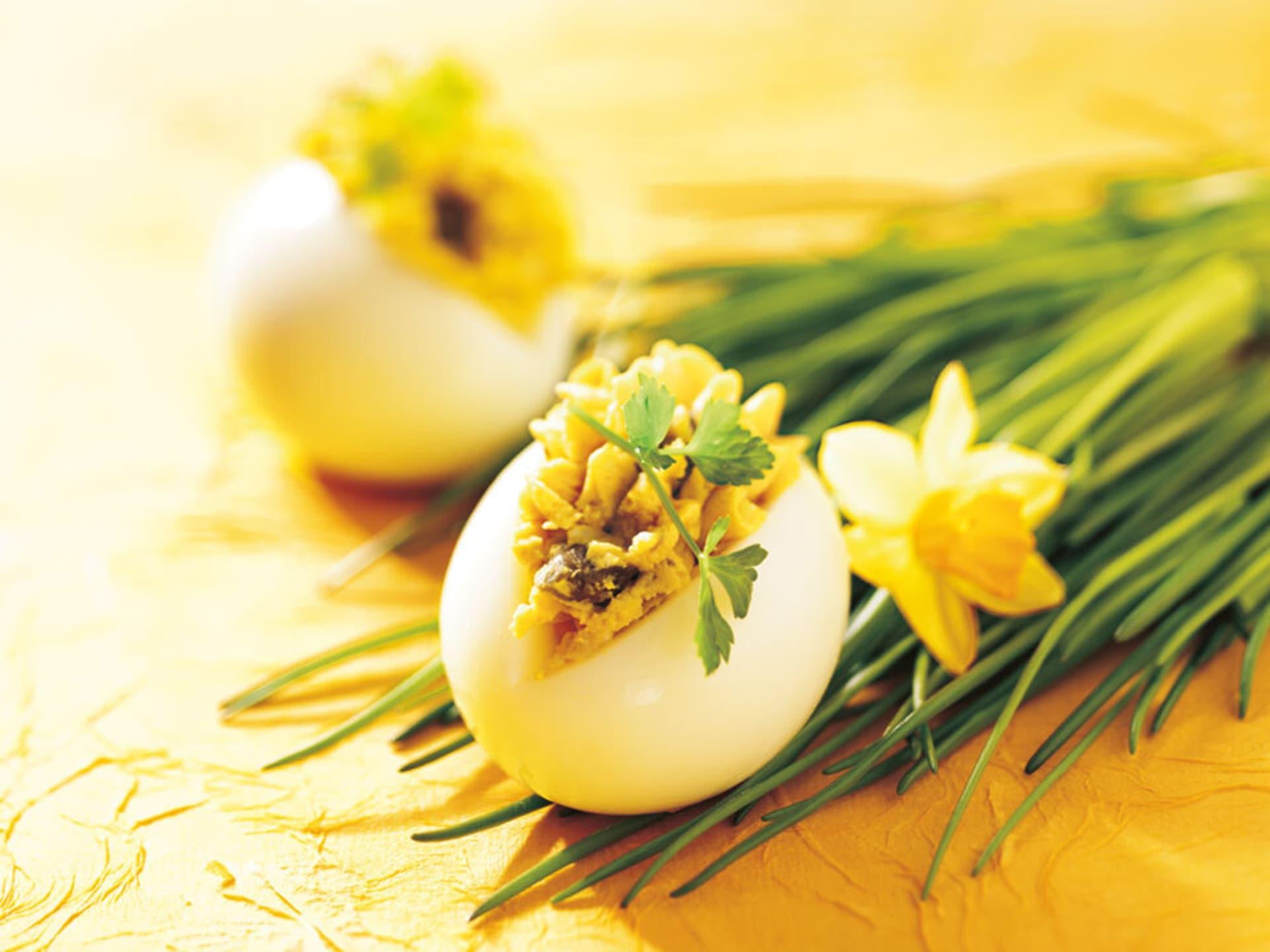 Ein gelbgefülltes aufgeschnittenes Ei auf Schnittlauch