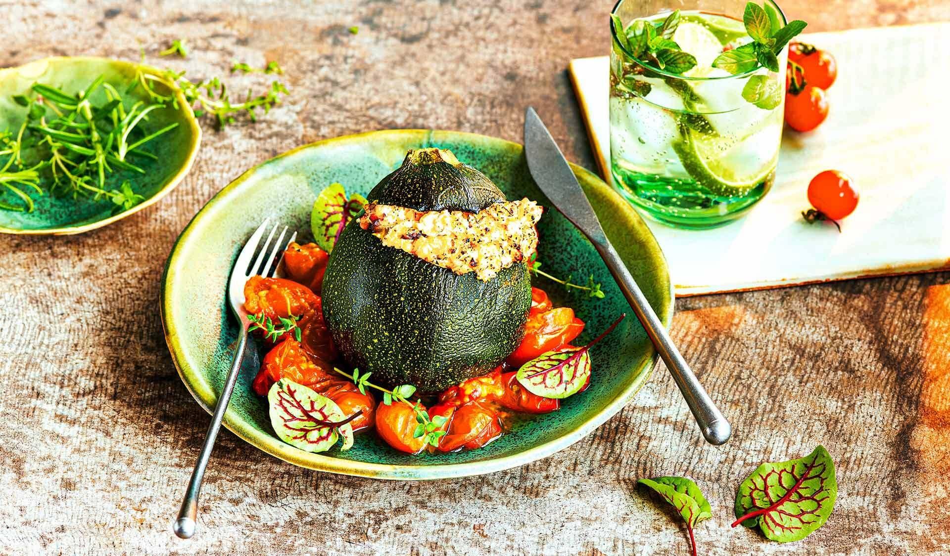 Gefüllte Zucchini mit Tomatensoße