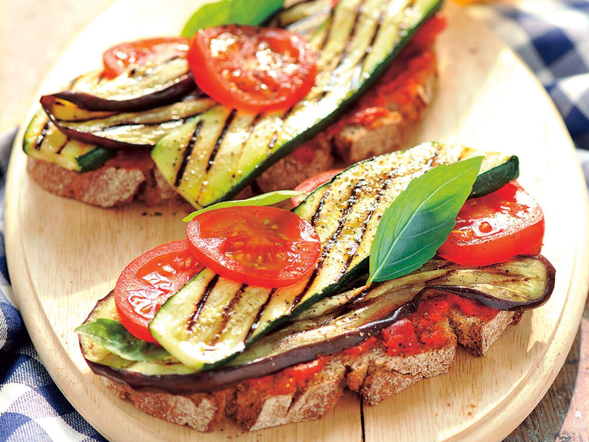 Gegrillte auberginen zucchini brotzeit