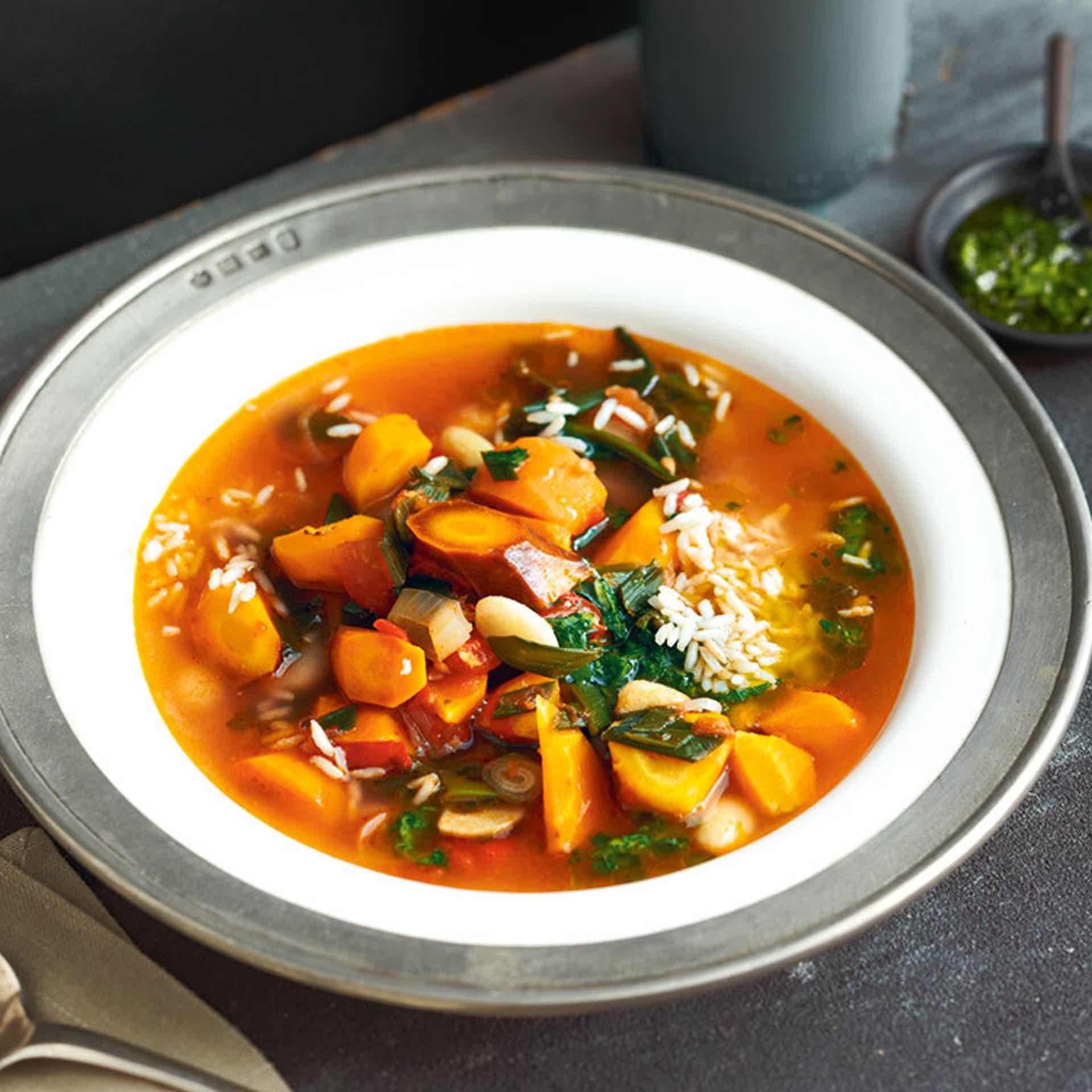Klare orangene Suppe mit Rüben und Reis