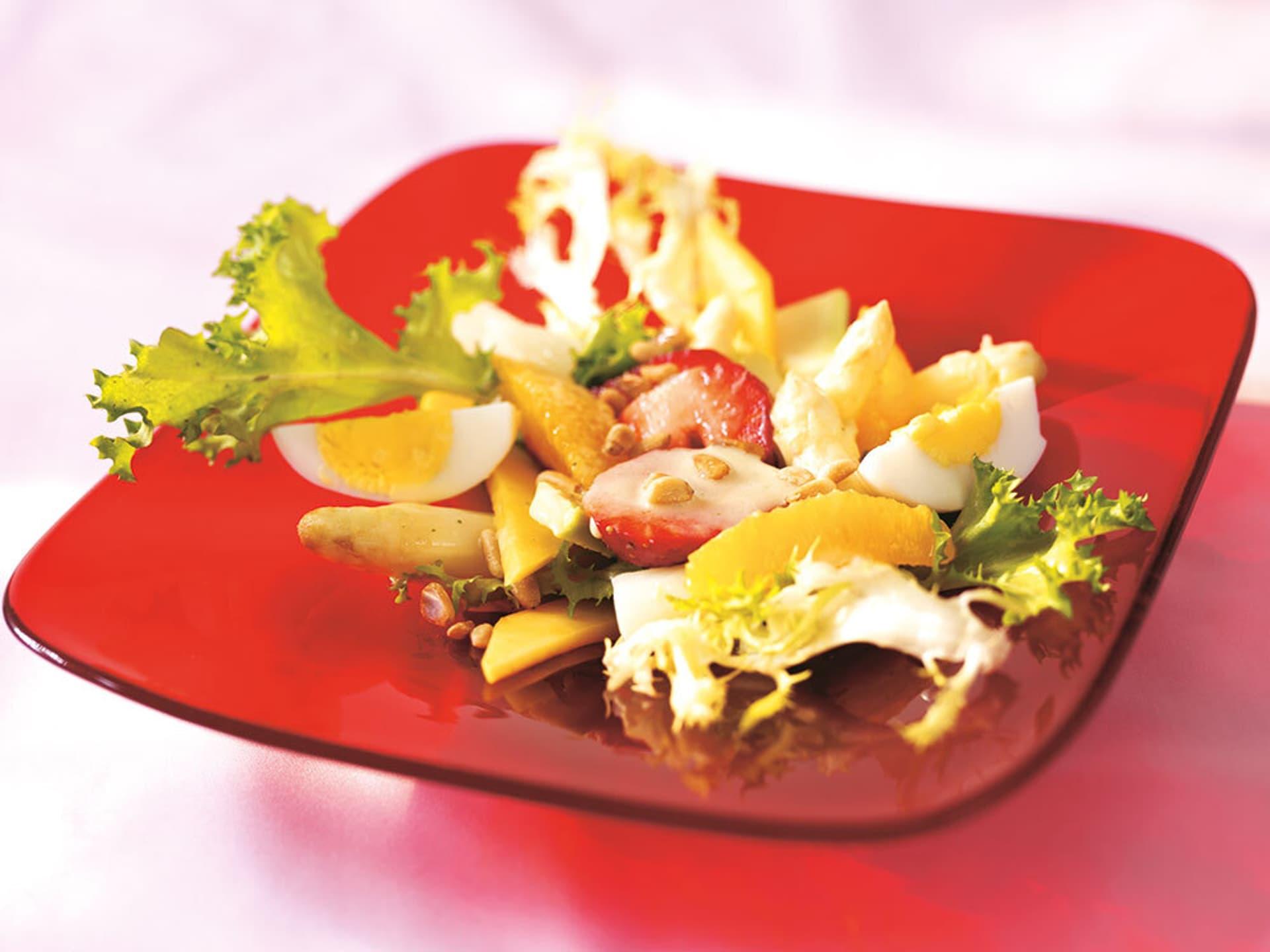 Salat mit Spargel, Erdbeeren und gekochten Eiern