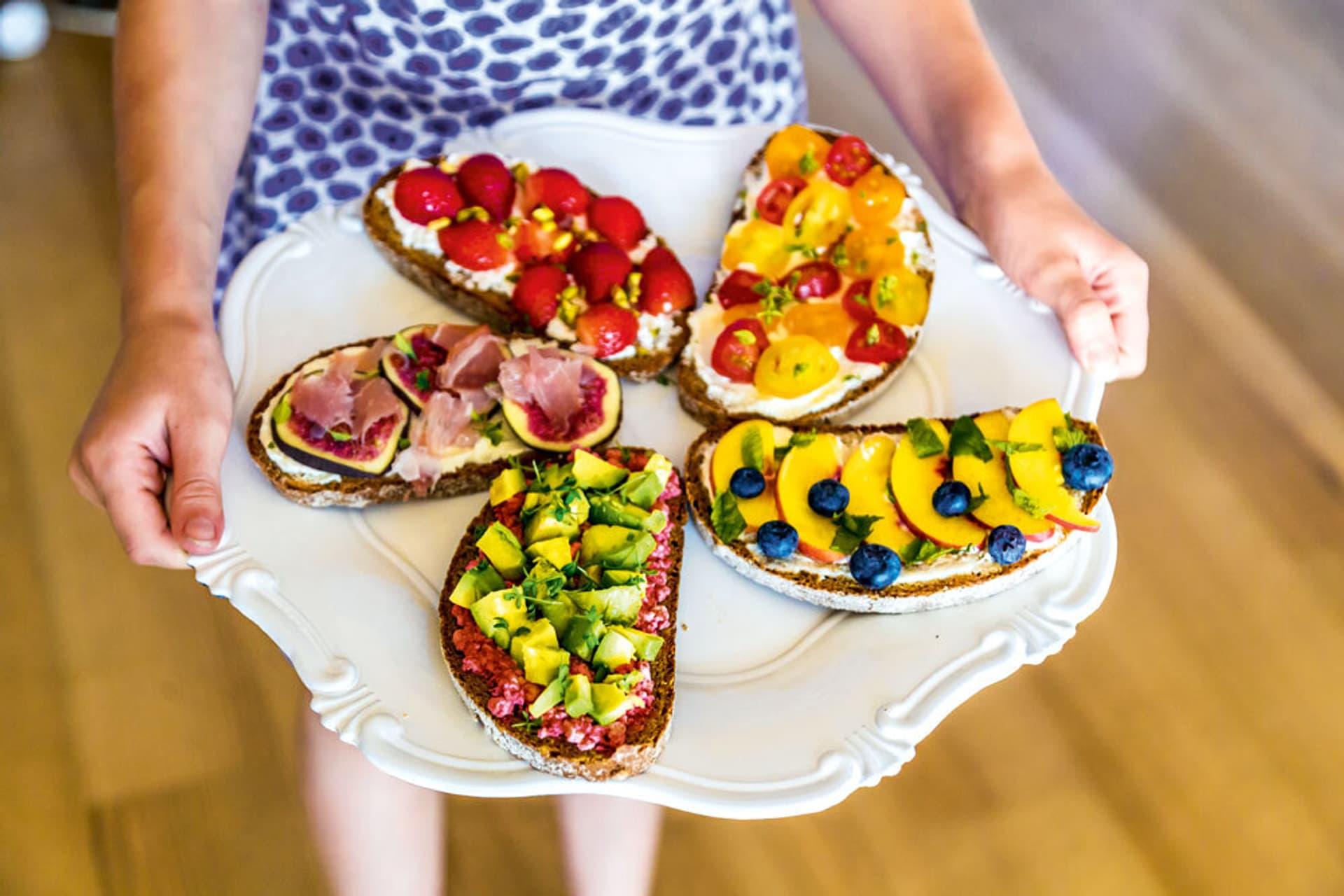 Ein Teller mit bunt belegten Broten