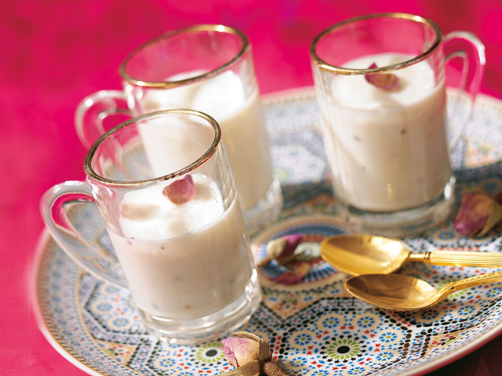 Weißes Getränk im Glas