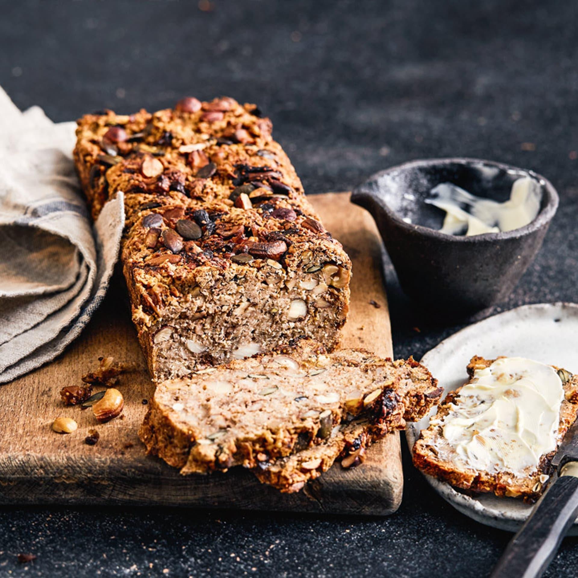 Nuss-Saaten-Brot auf Holzbrett
