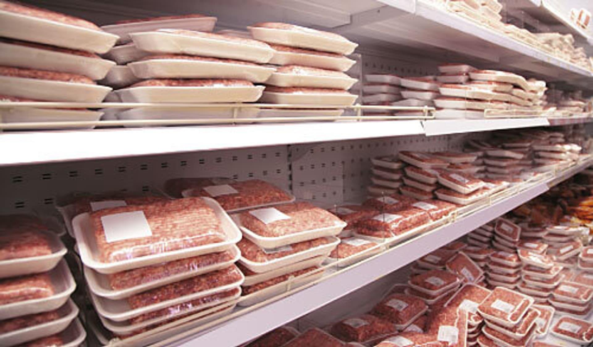 Ein Kühlregal im Supermarkt mit vielen Fleischpackungen