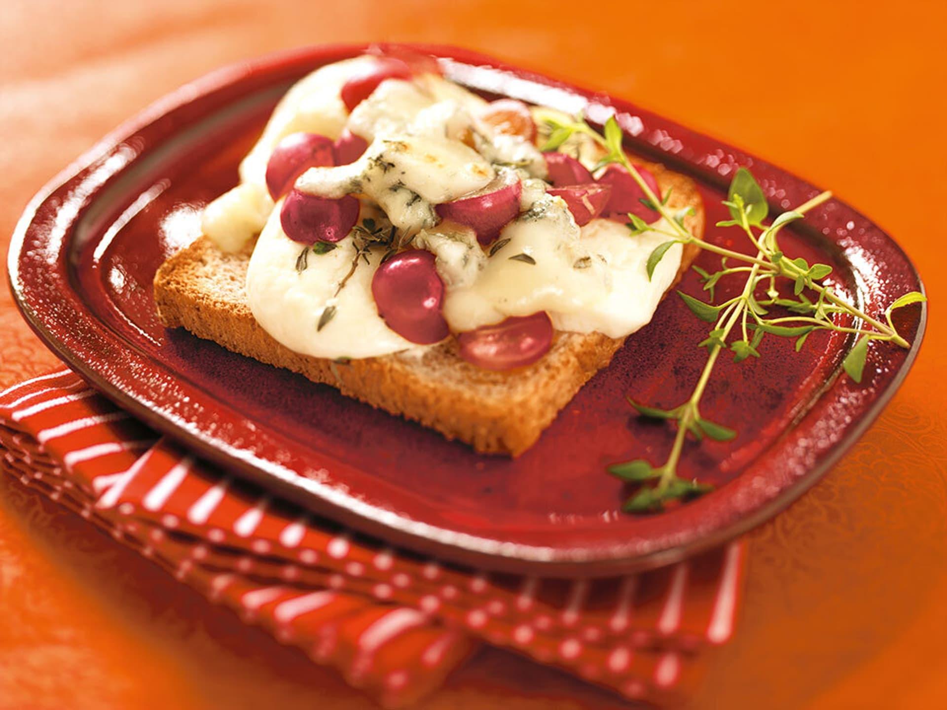 Gorgonzola toast mit trauben