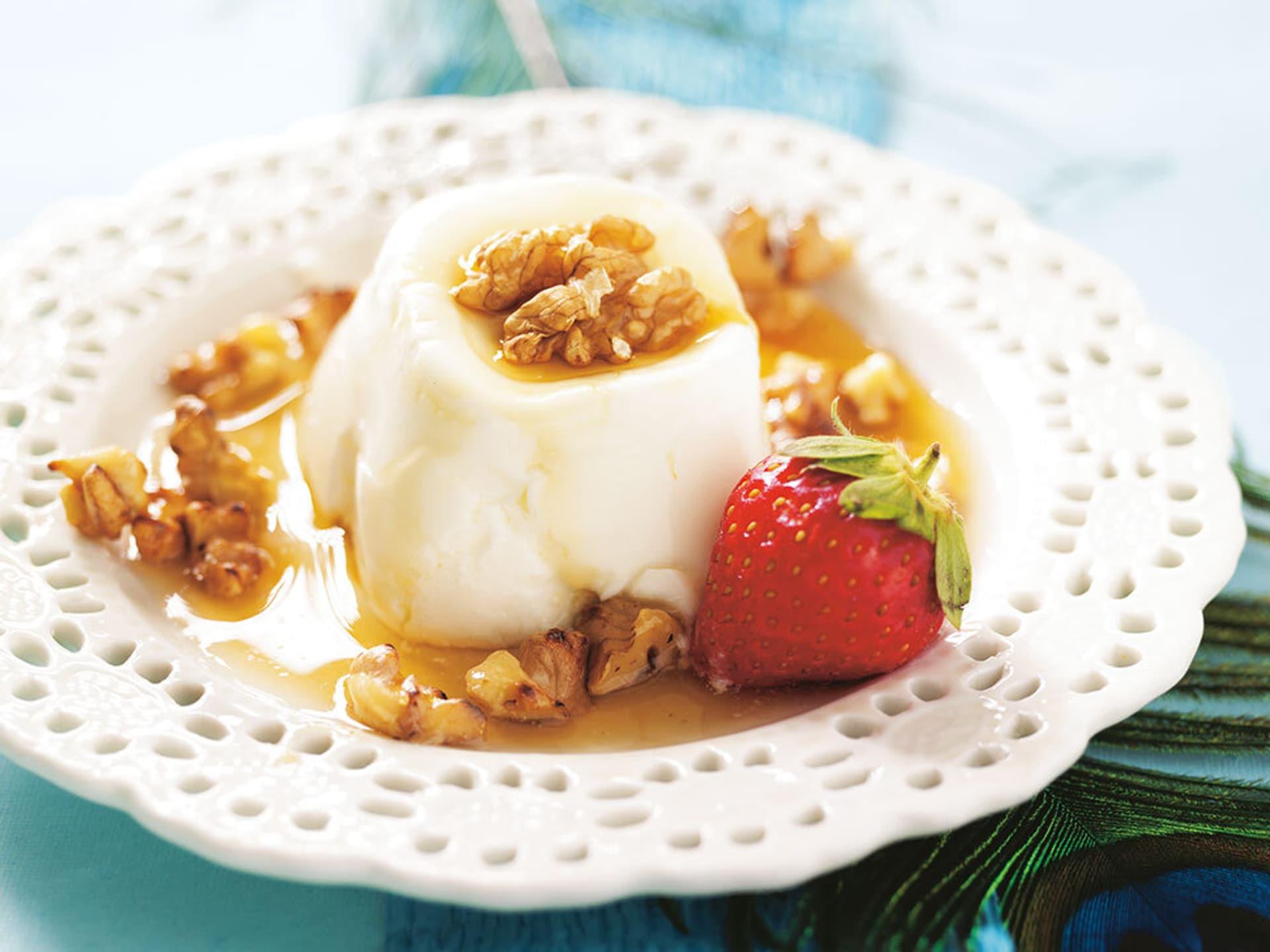 Joghurt mit Wlanüssen und einer Erdbeere