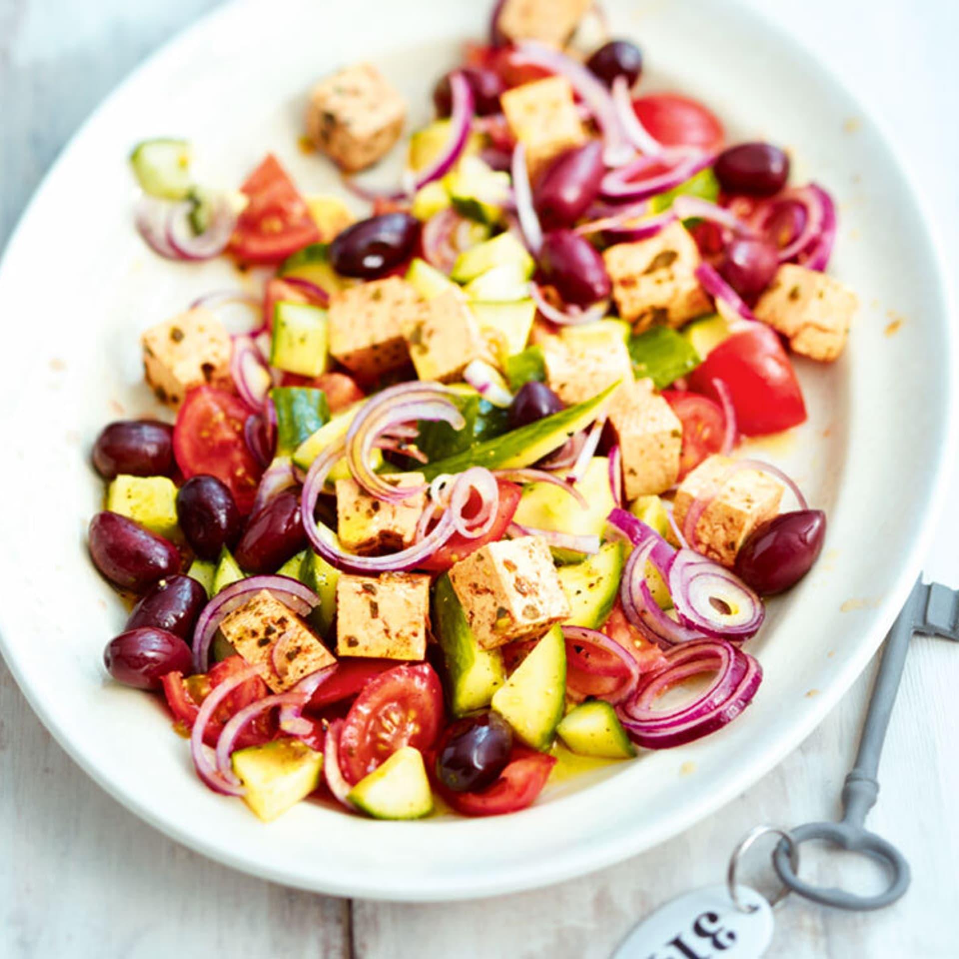 Griechischer salat mit tofu feta