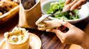 Ofen-Camembert wird auf Brot gestrichen
