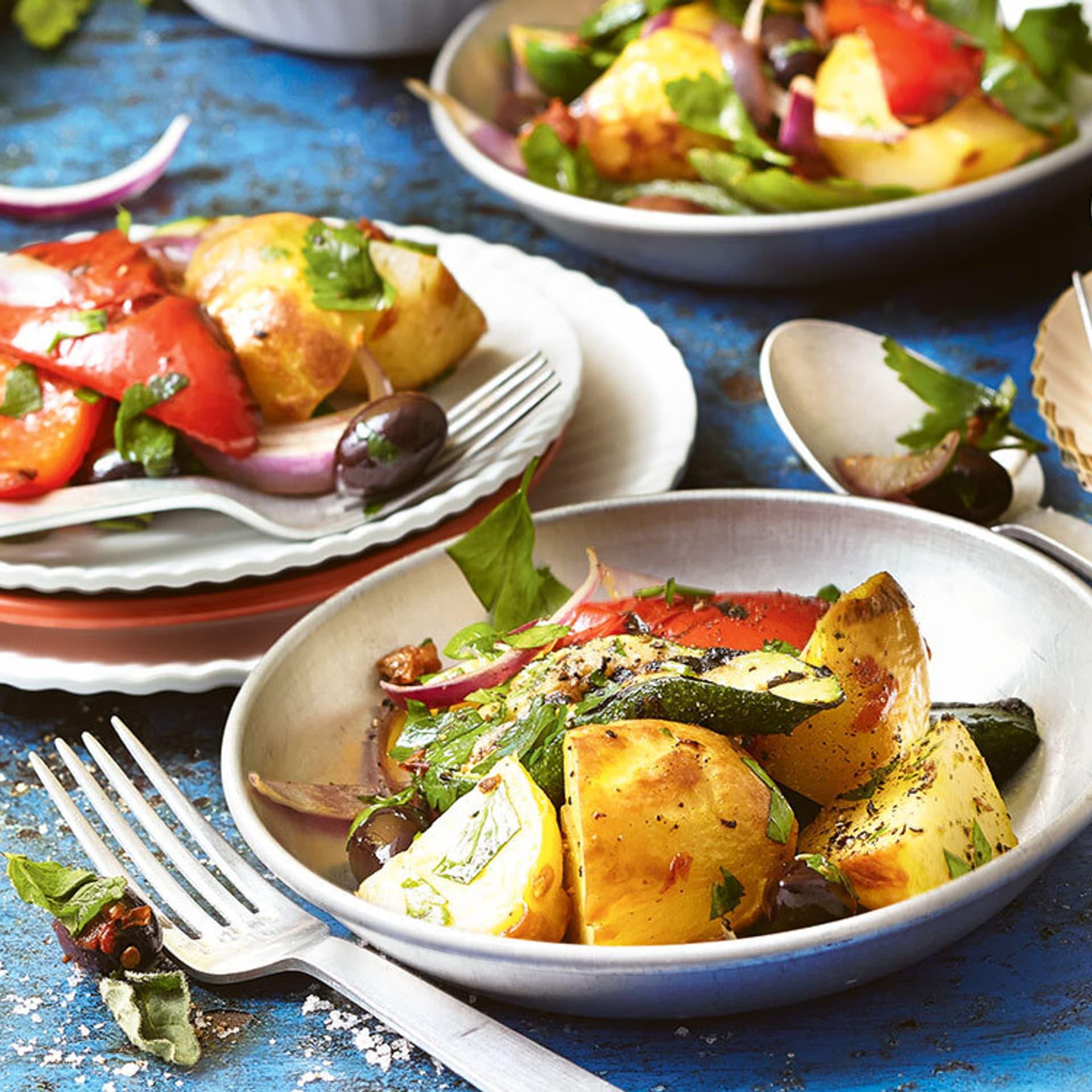 Grillsalat auf Tellern