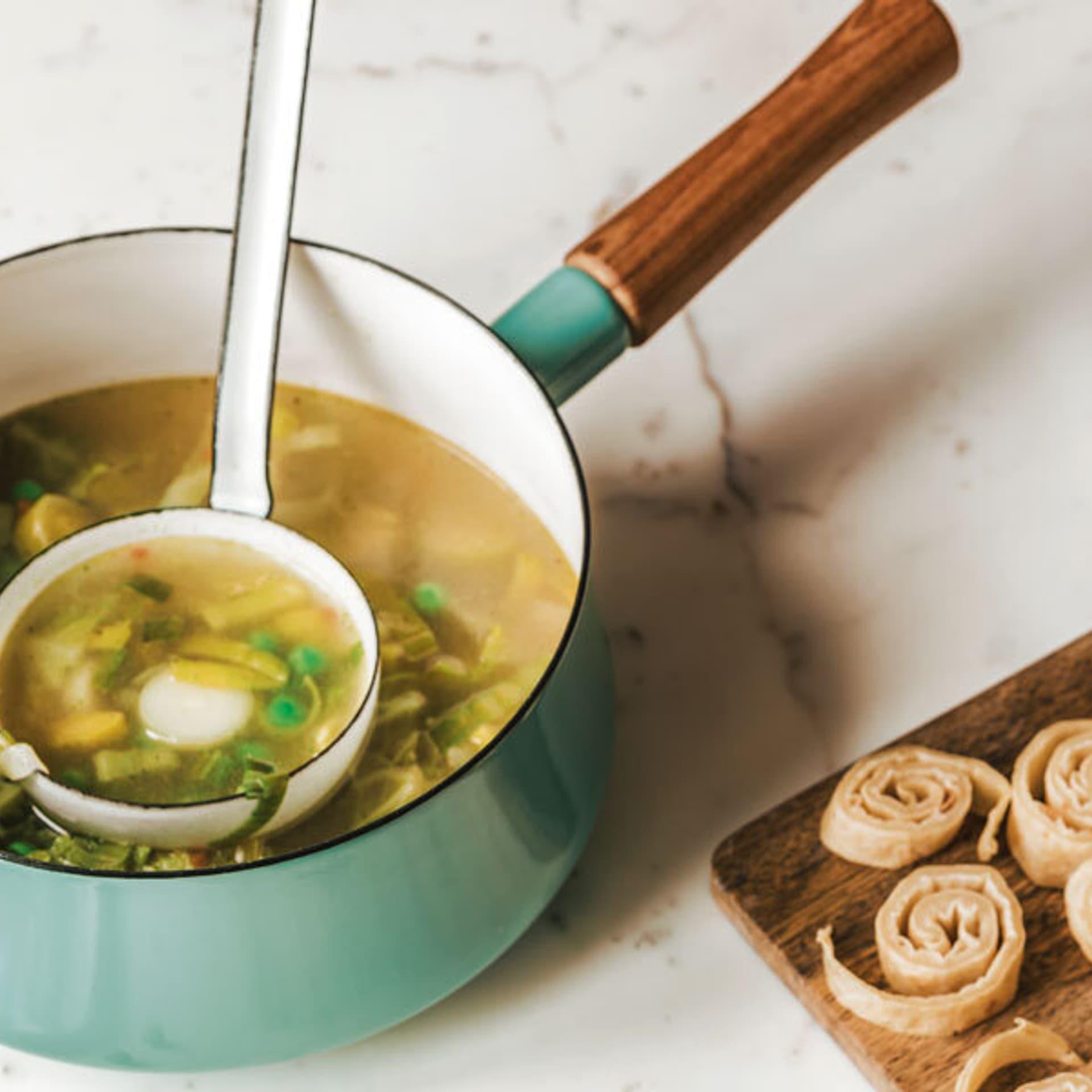 Gruene minestrone mit pfannkuchen