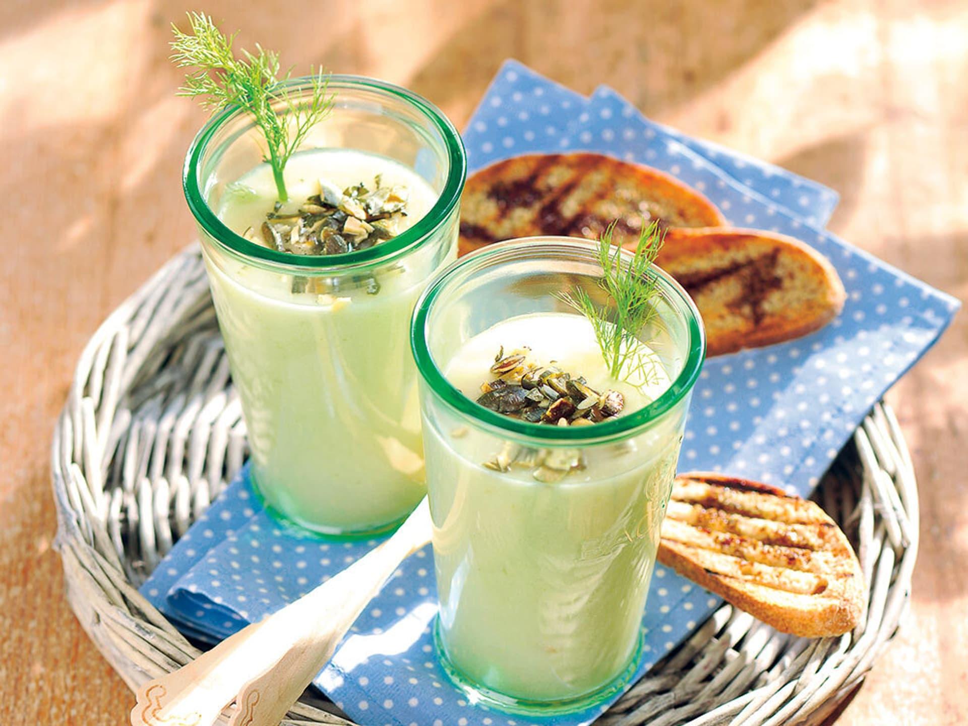 Grüner gemüsecocktail mit kürbiskernen