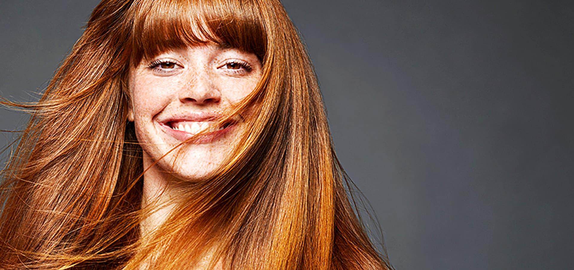Eine Frau mit glattem rotem Haar