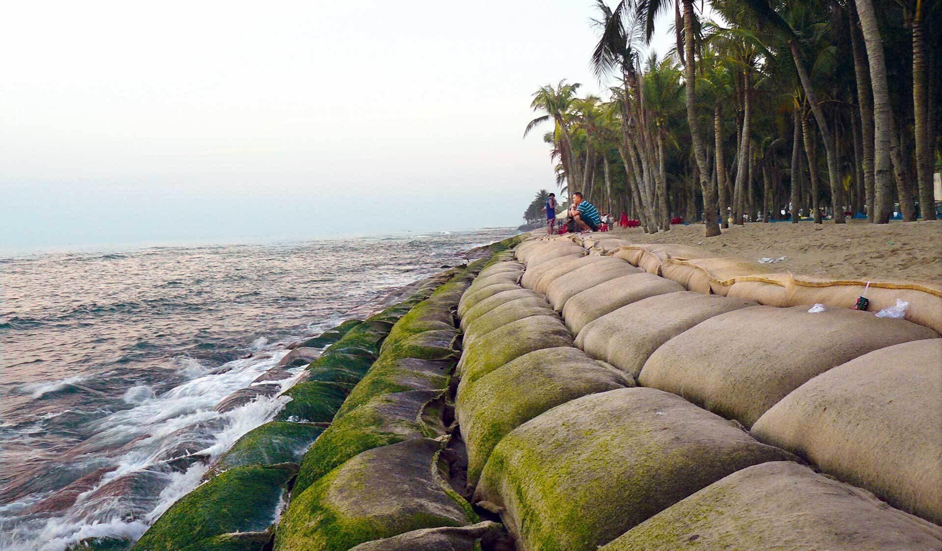 Mit Sandsäcken befestigter Strand in Vietnam