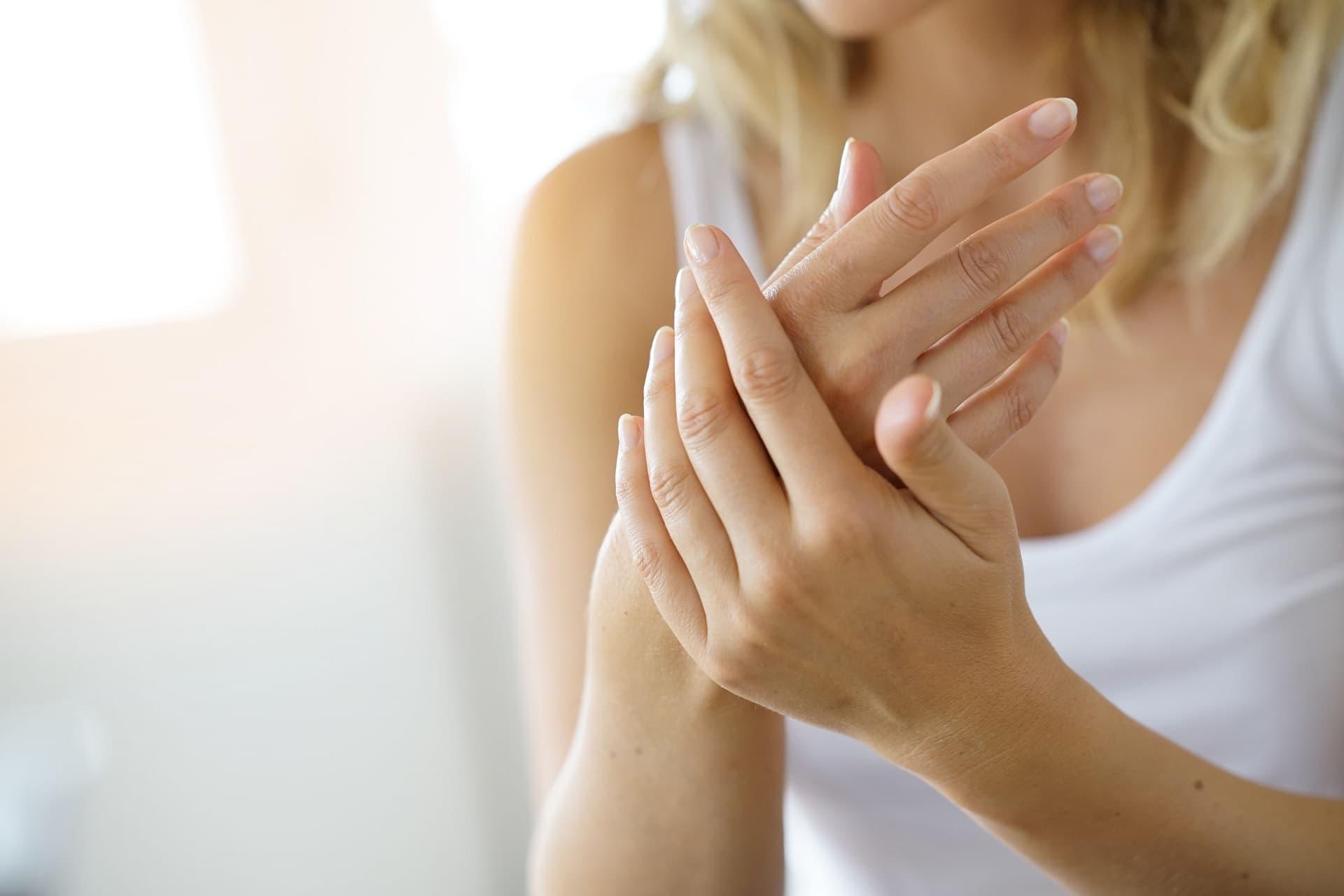 Hände eincremen