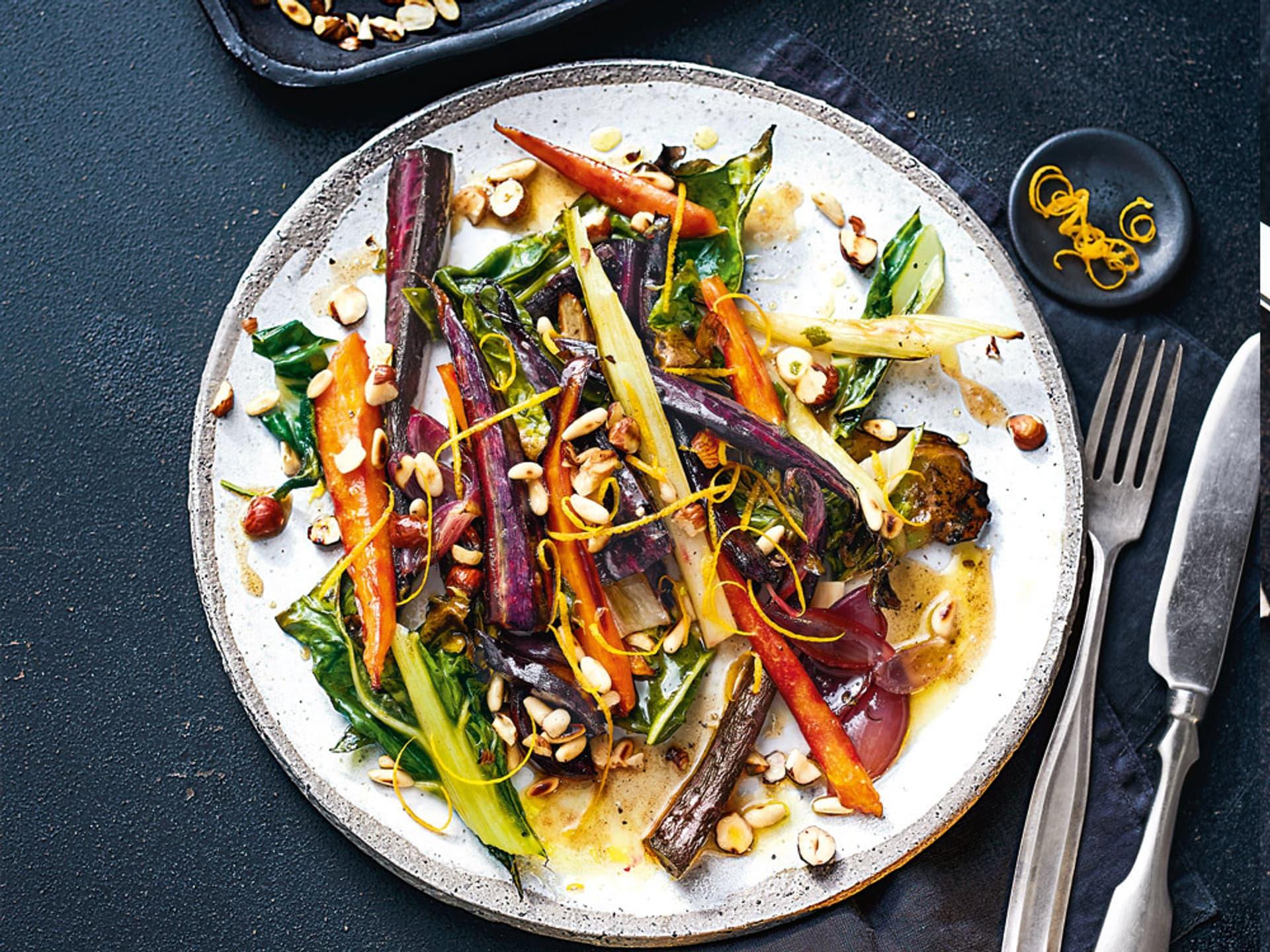 Buntes Gemüse auf weißem Teller