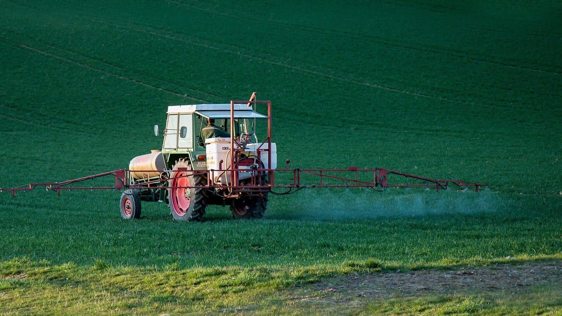 Ein Traktor bringt Pestizide aufs Feld