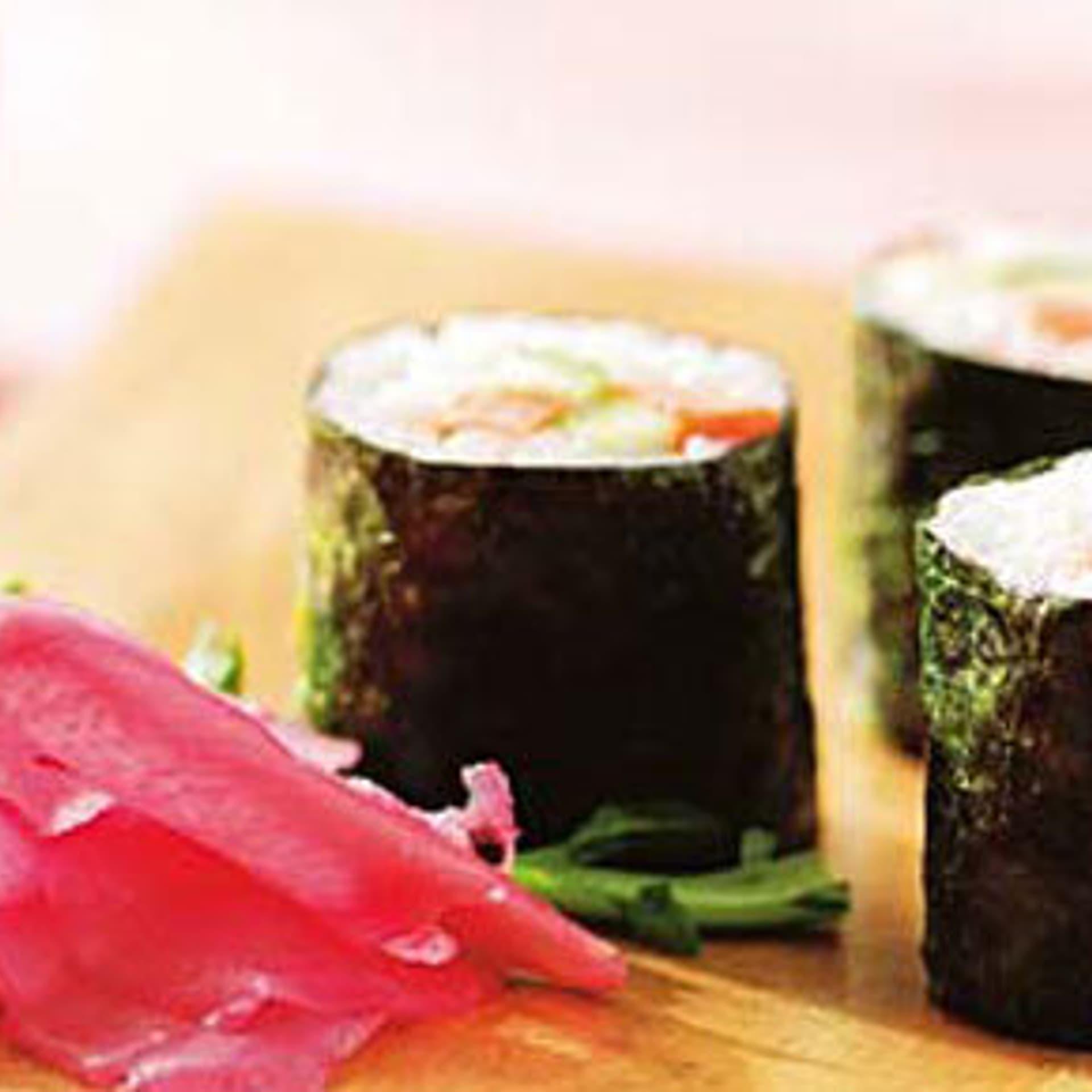 Hosomaki sushi mit zwei wuerzen