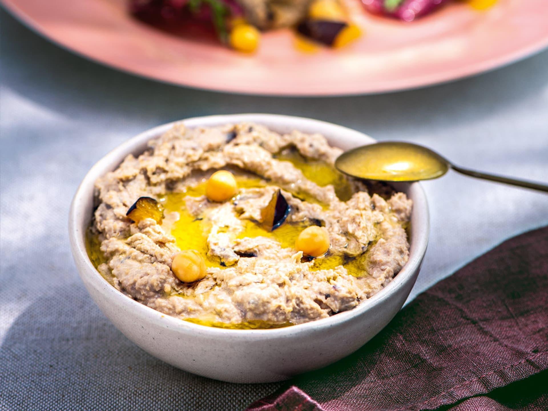 Hummus mit zwetschgen und gebackenem ricotta