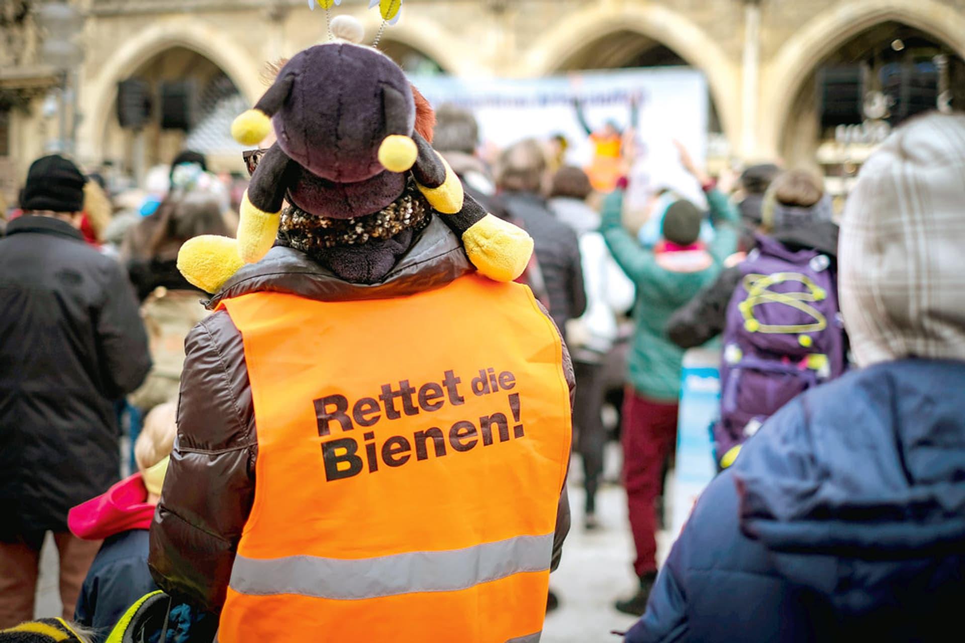 Demonstrant auf dessen oranger Weste steht: Rettet die Bienen