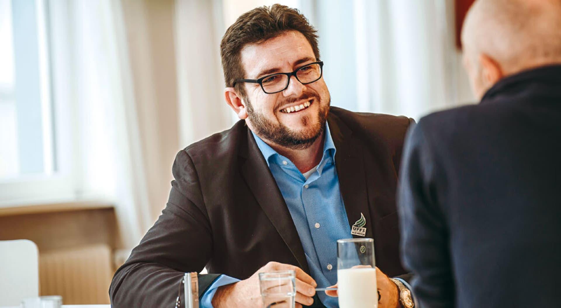 Mann mit Brill und Bart