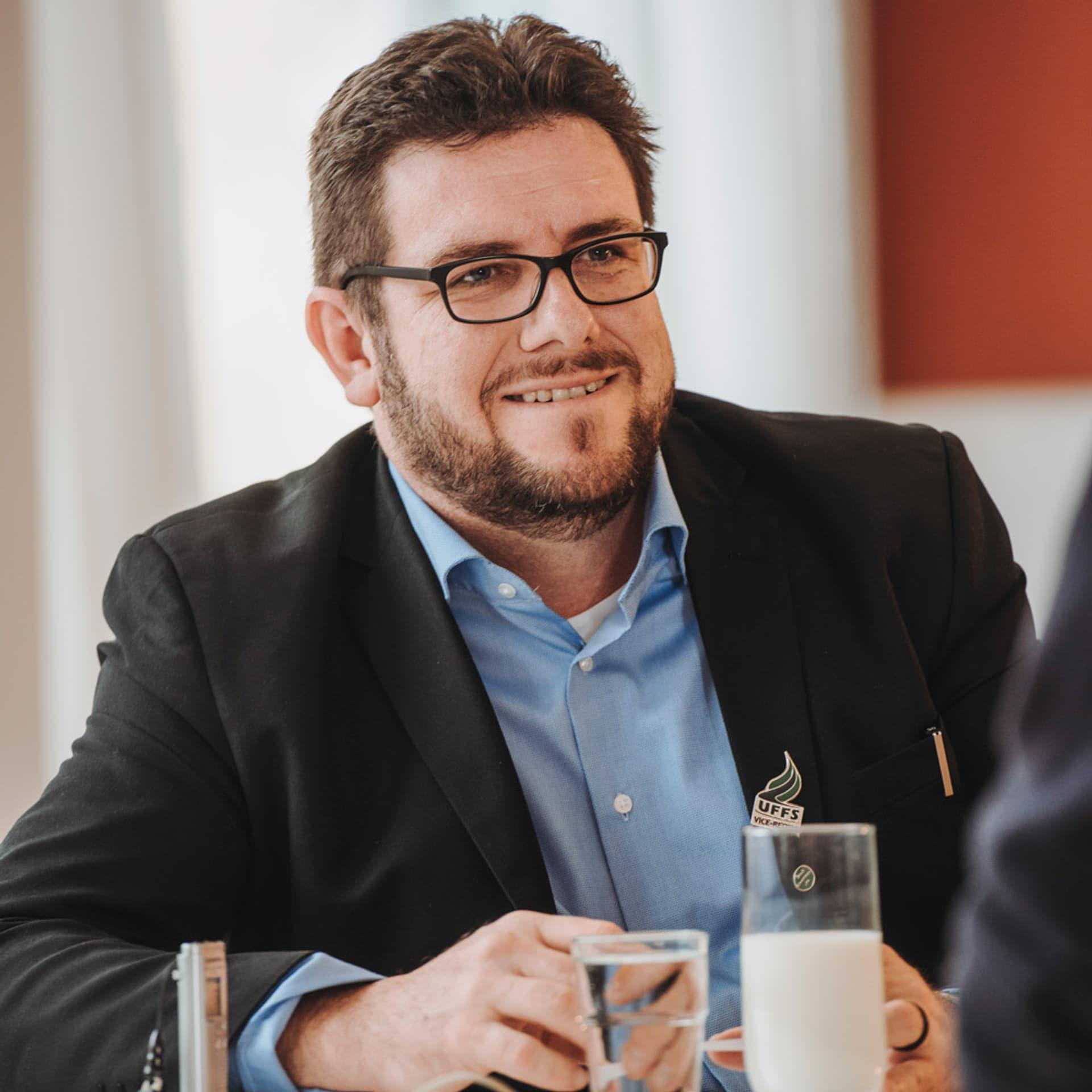 Antonio Andrioli: Mann mit Brille, dunklem Bart und blauem Hemd