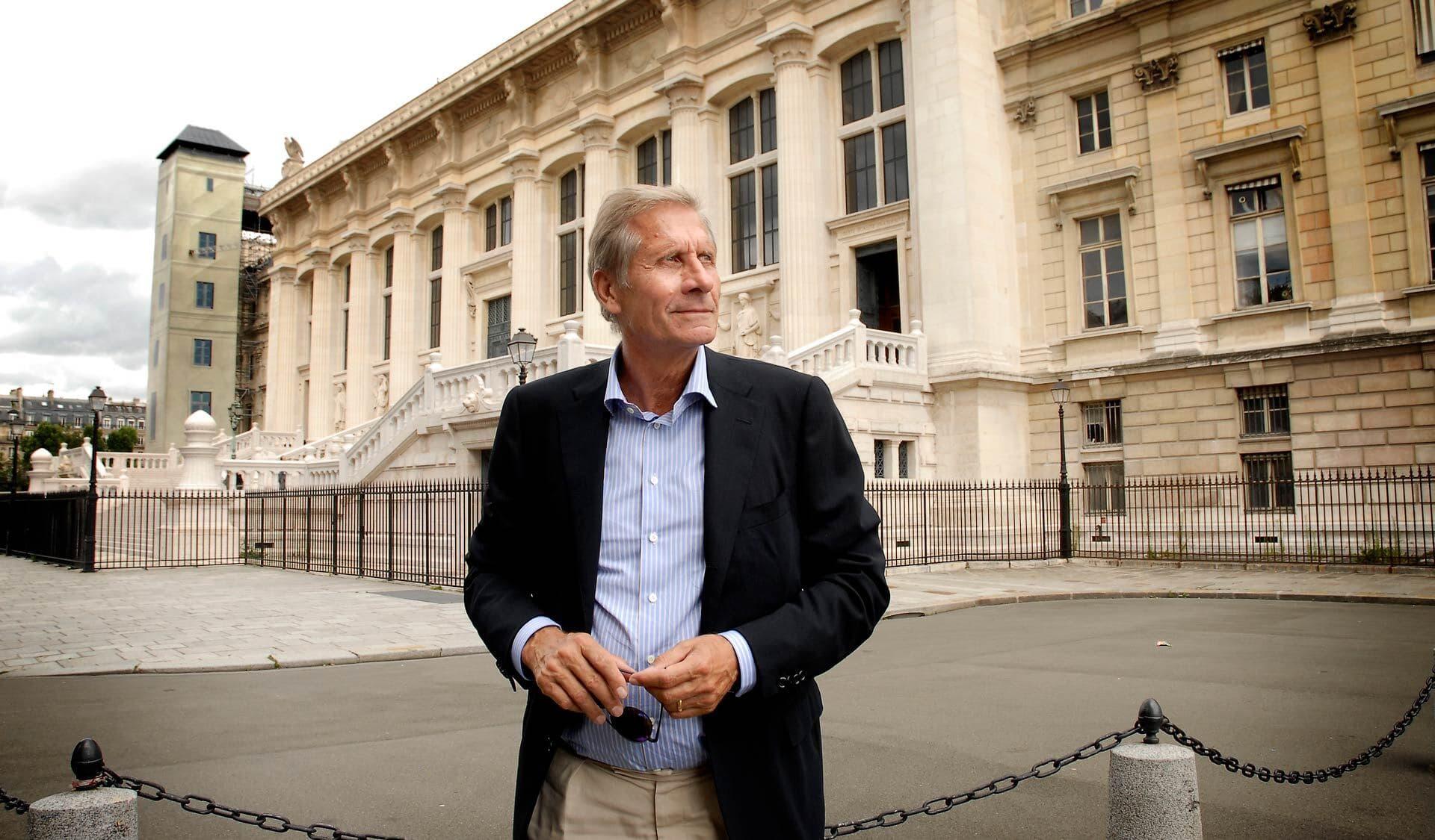 Ulrich Wickert steht vor einem Gebäude