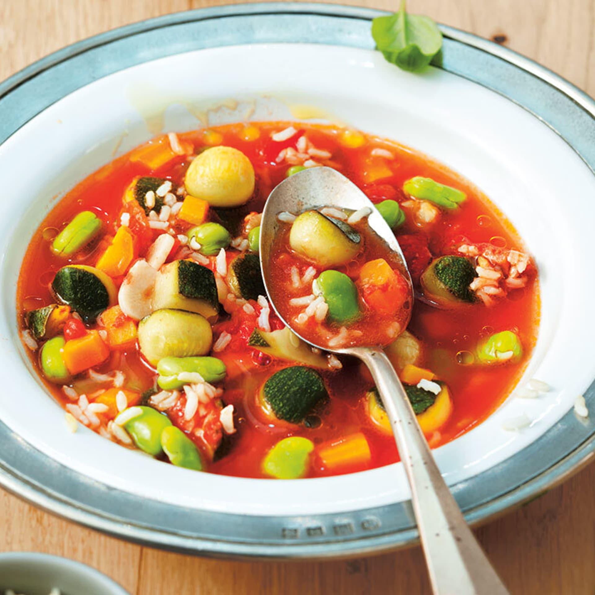 Ein Teller mit Gemüsesuppe