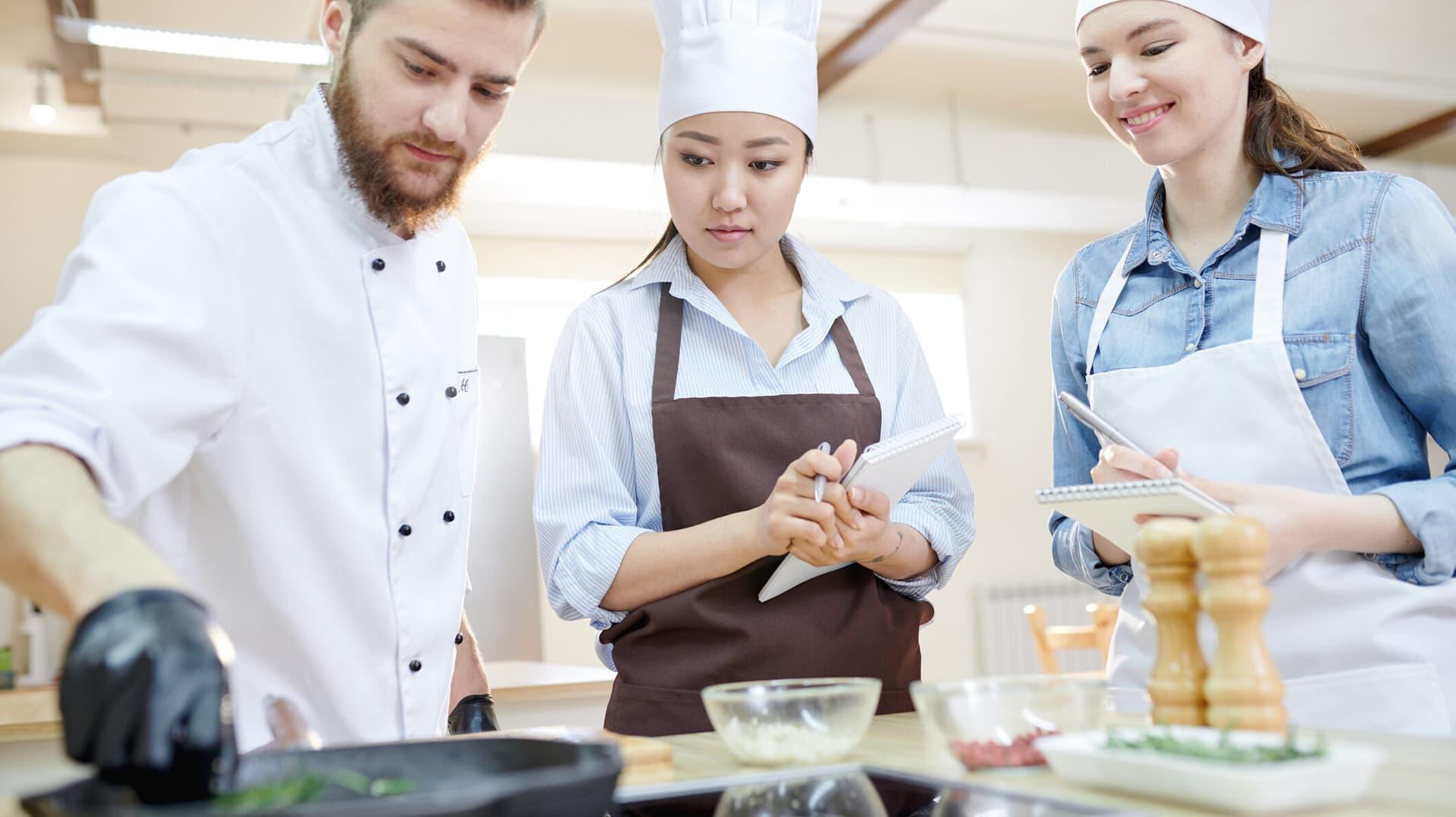 Drei Personen in einer Küche