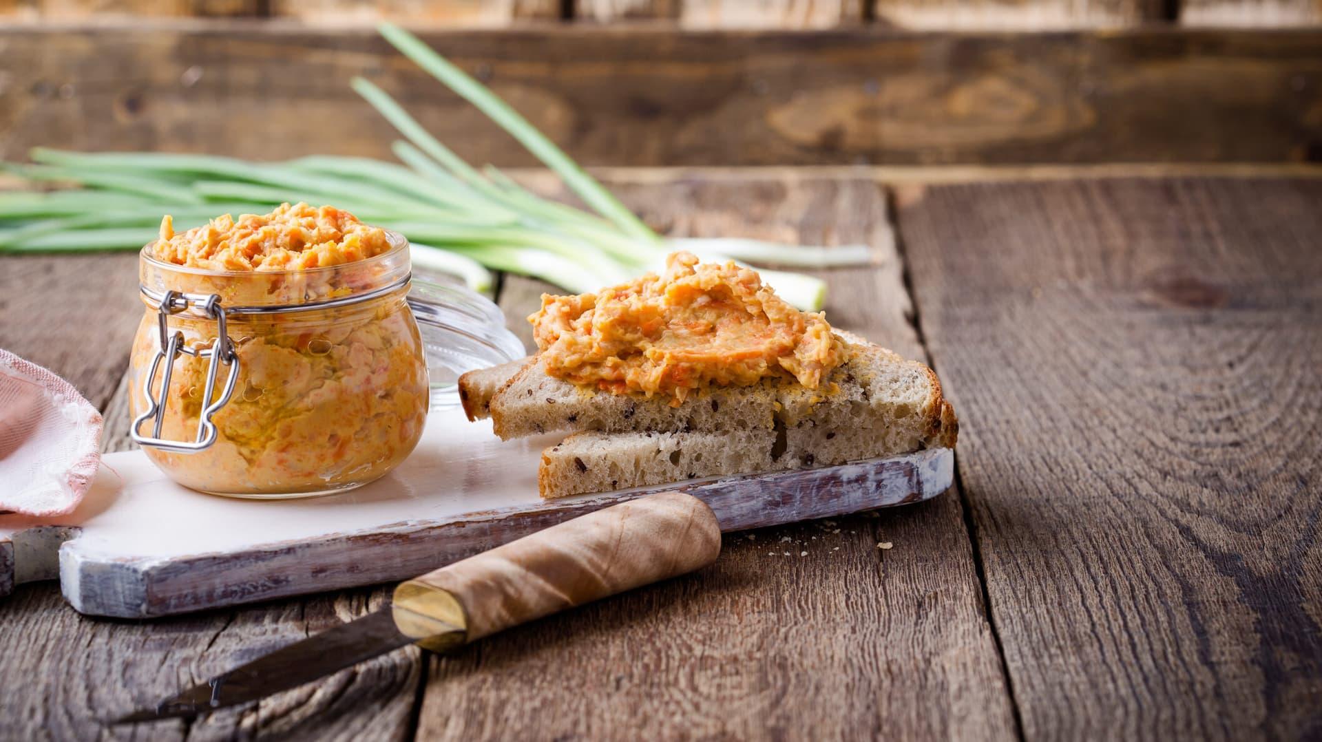 Vegetarische Bohnenpaste im Glas und auf Brot