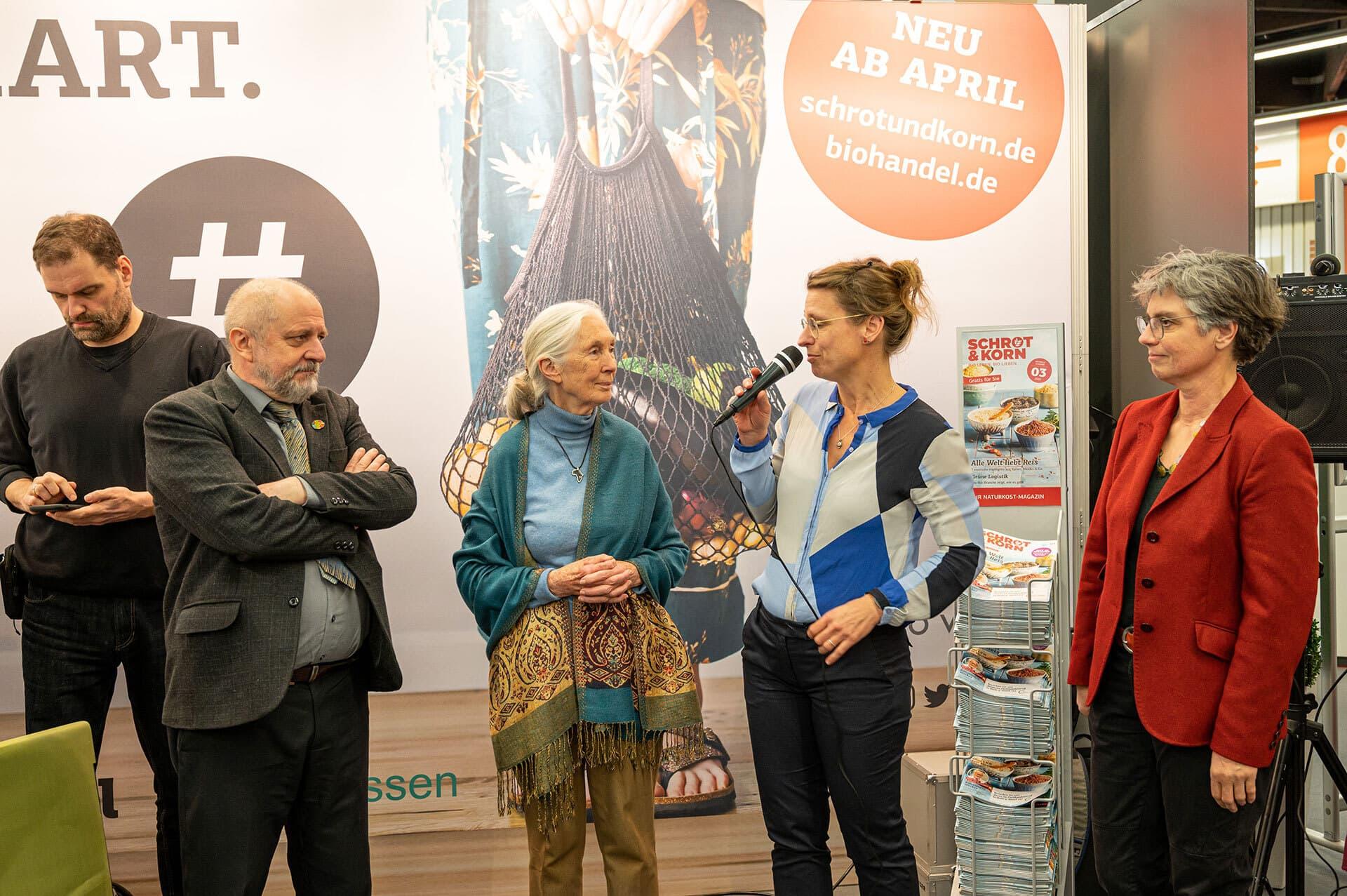 Stephanie Silber begrüßt Jane Goodall am Stand des bio verlags.