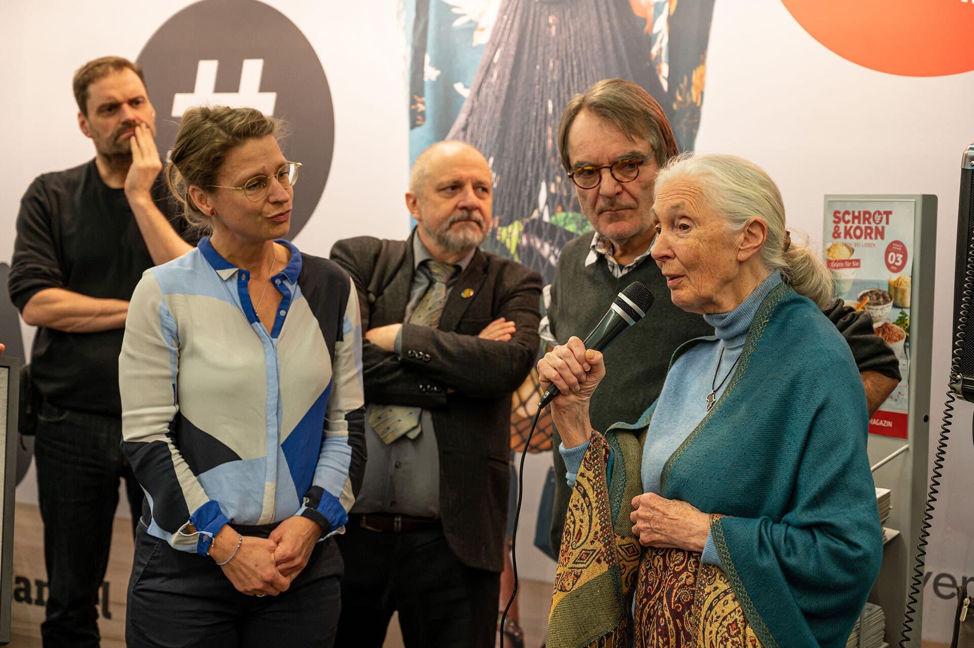 Jane Goodall würdigt das Bio-Magazin Schrot&Korn für sein Engagement für Bio-Lebensmittel und die Umwelt.