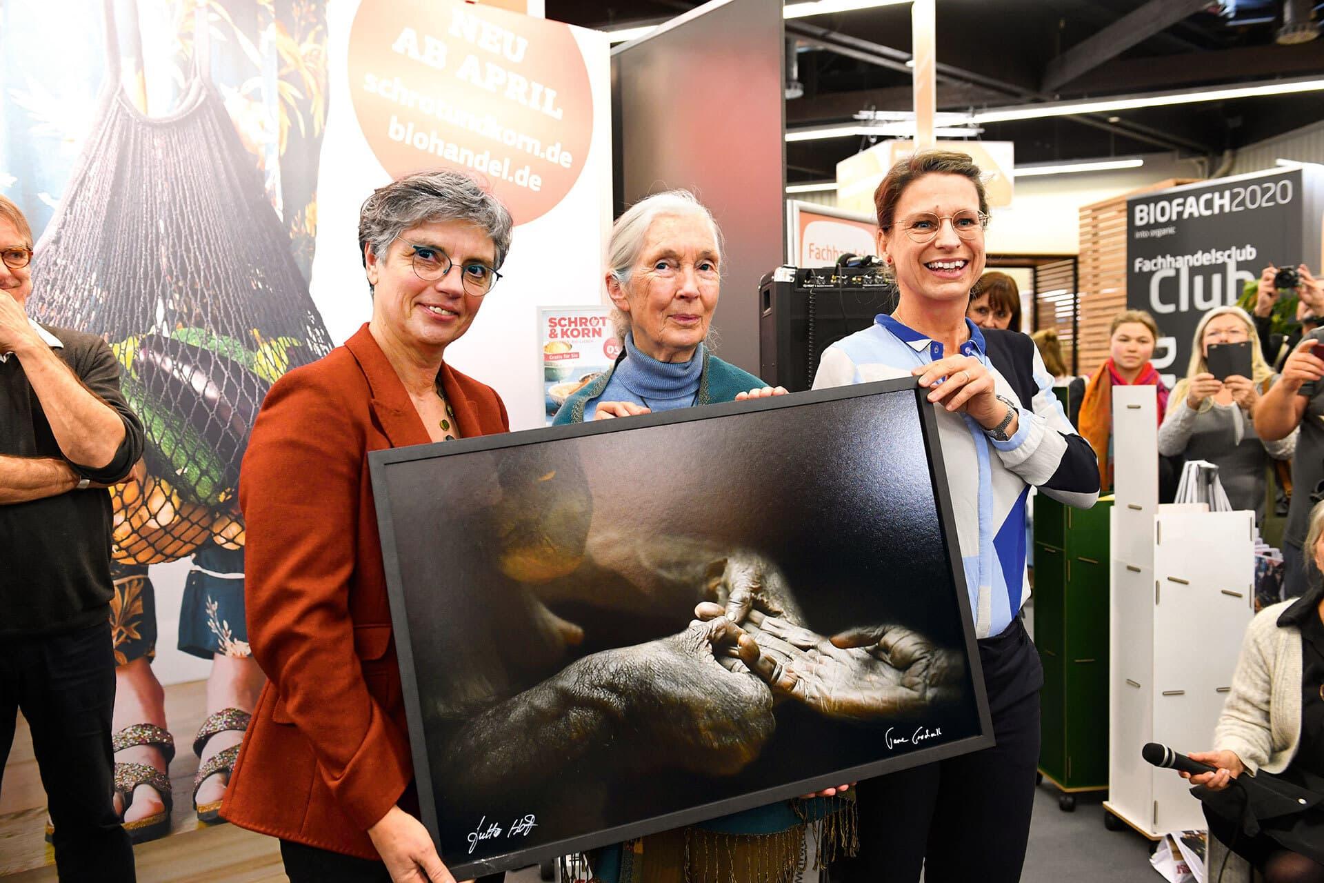 Sabine Kauffmann und Stephanie Silber präsentieren stolz die Auszeichnung – ein von Jane Goodall handsigniertes Bild einer Schimpansendame.