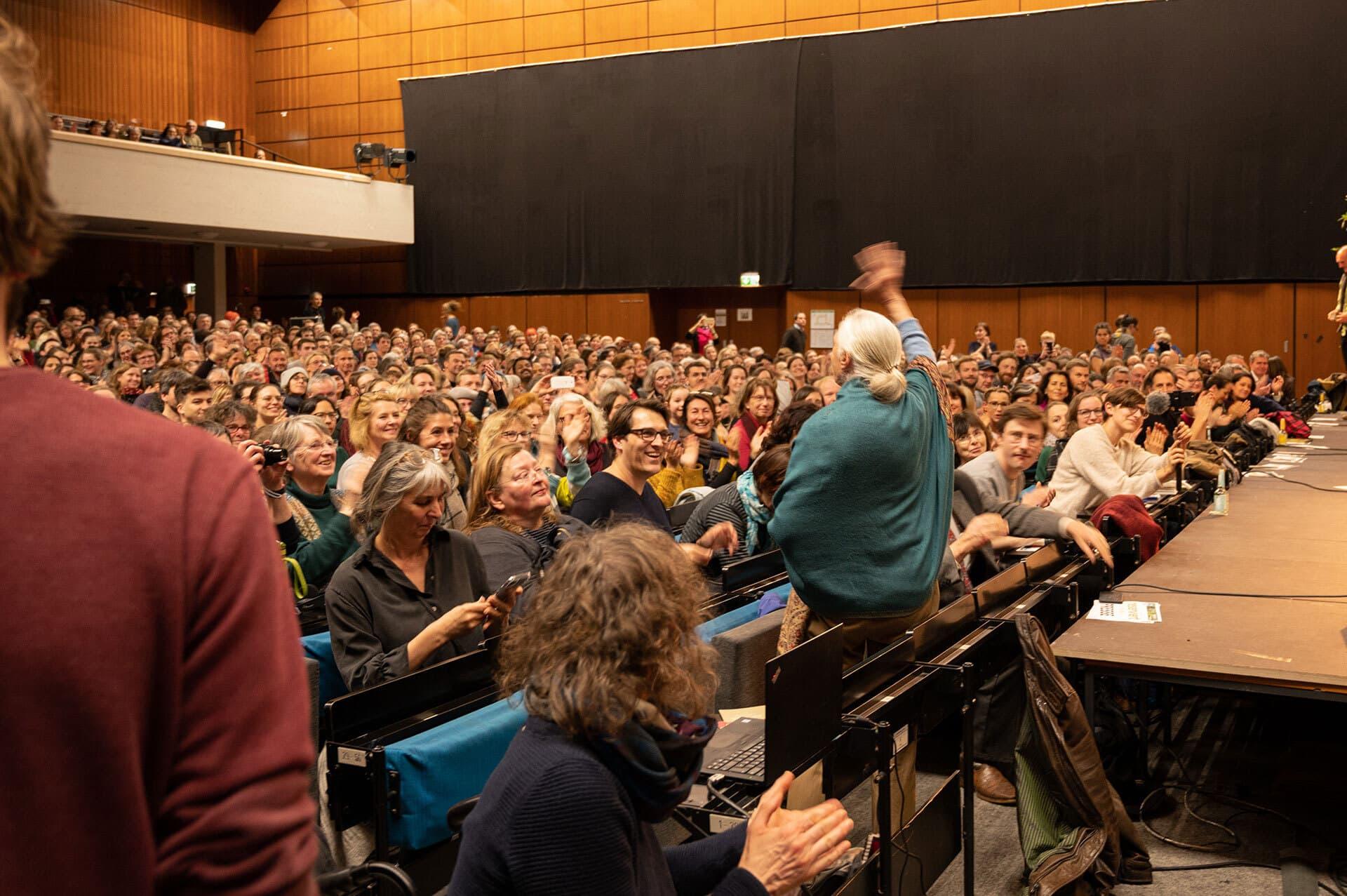 Jane Goodall winkt den über 800 Zuschauern im Hörsaal der FAU Nürnberg