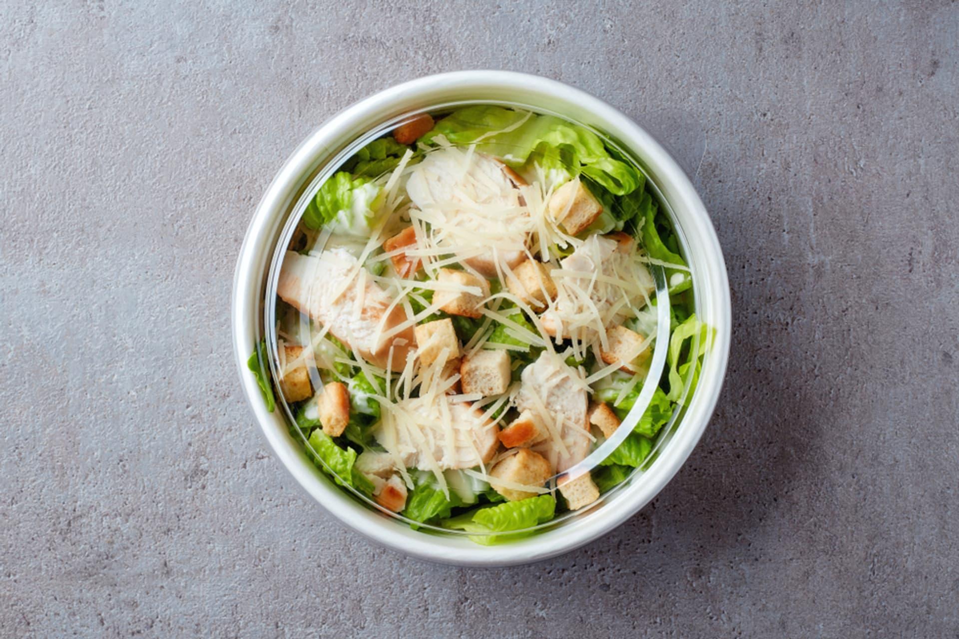Salat togo zum mitnehmen pappteller c bigacis shutterstock 1189537879