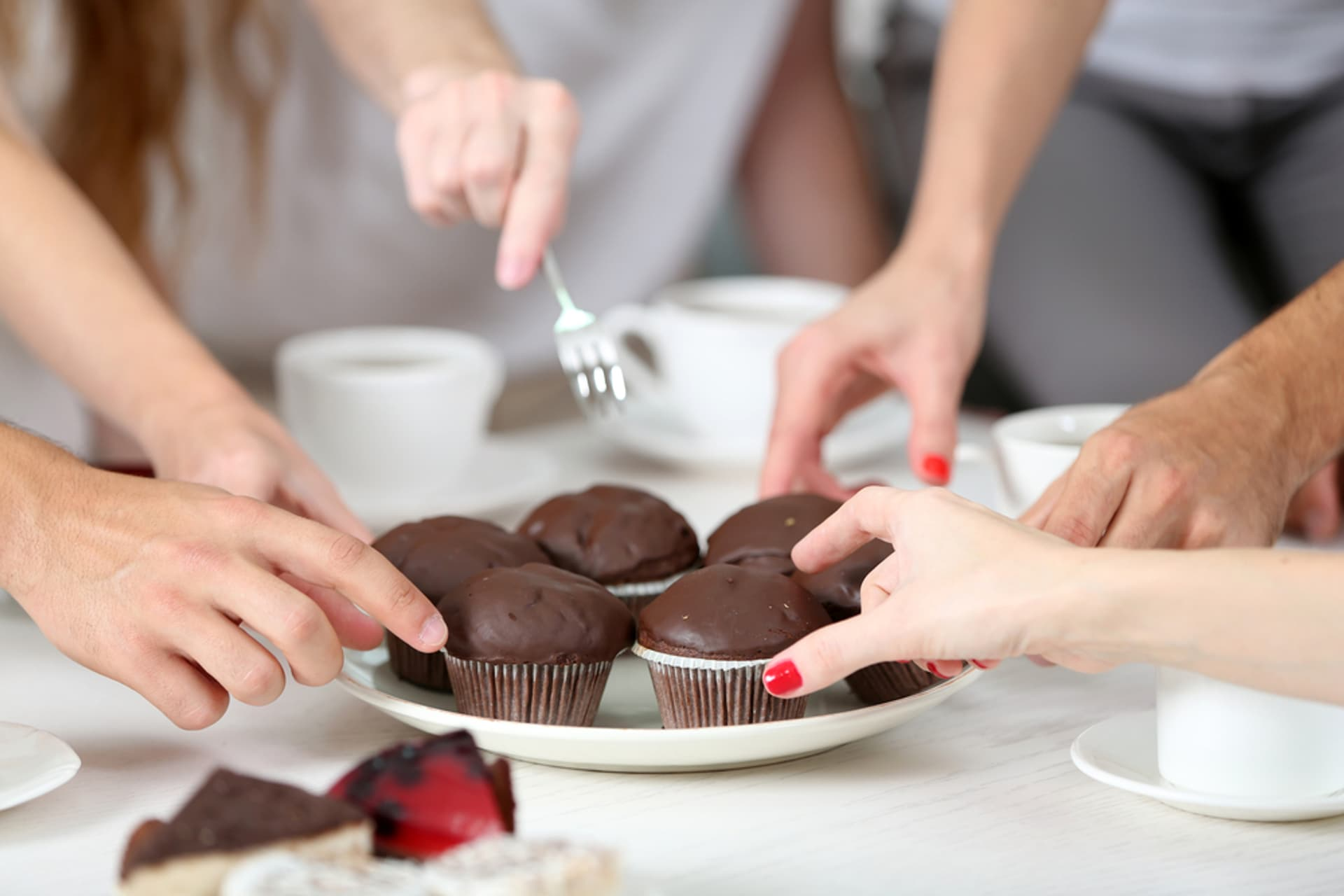Schokolade muffins cupcakes kuchen c shutterstock Africa Studio