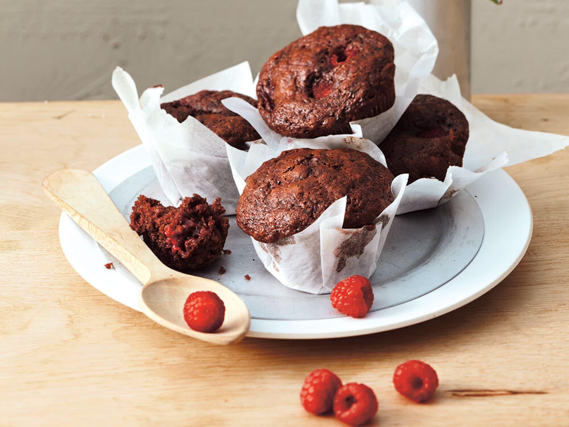 Ein Teller mit Muffins