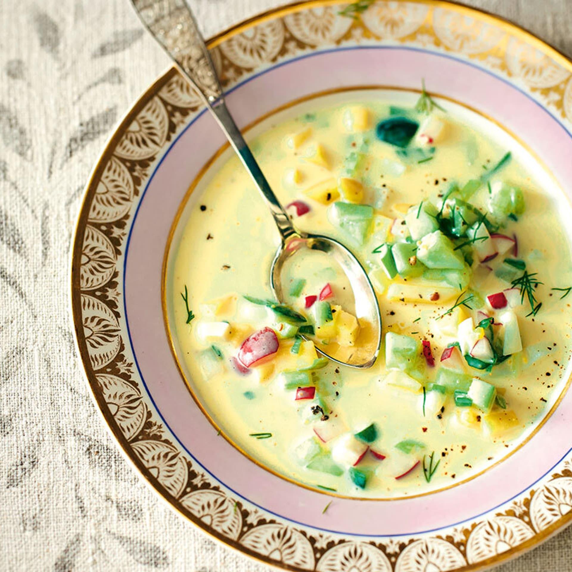 Gelbe Suppe mit bunter Gemüseeinlage